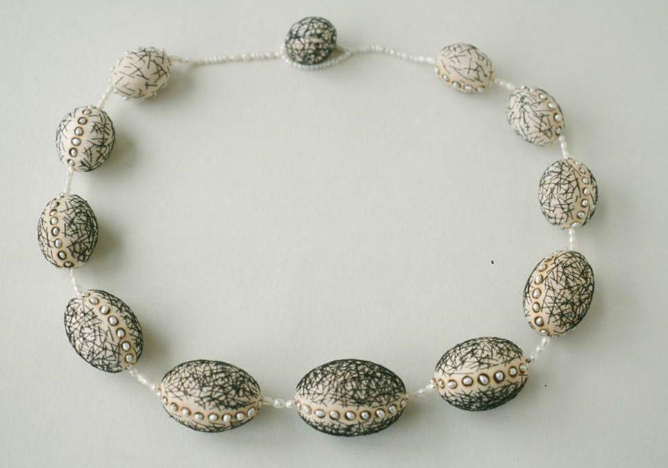 Beppe Kessler, Rope of pearls, halssieraad, 2001, balsahout, textiel