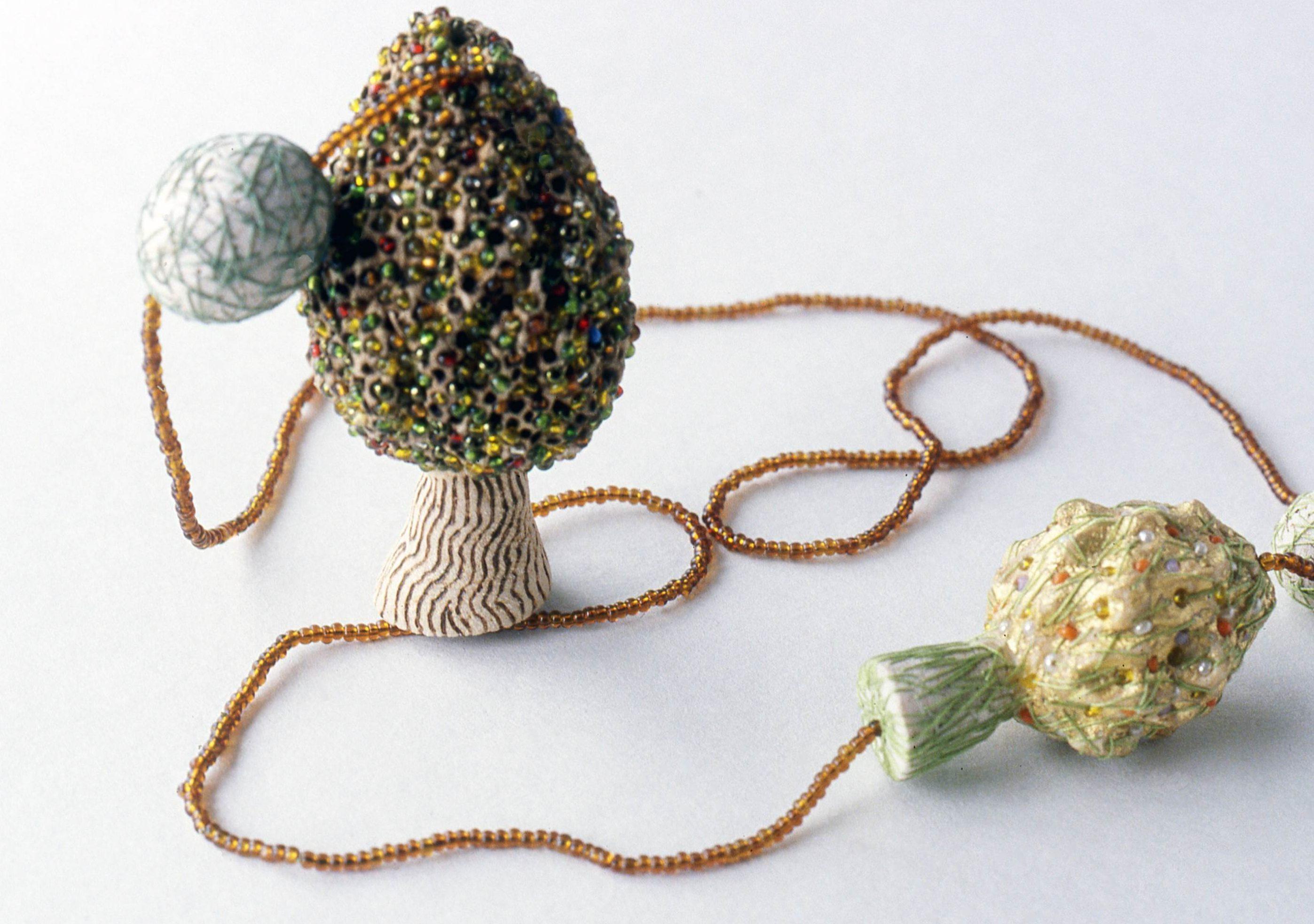 Beppe Kessler, The answer is blowing in the wind, halssieraad, 2002, kralen, balsahout, textiel