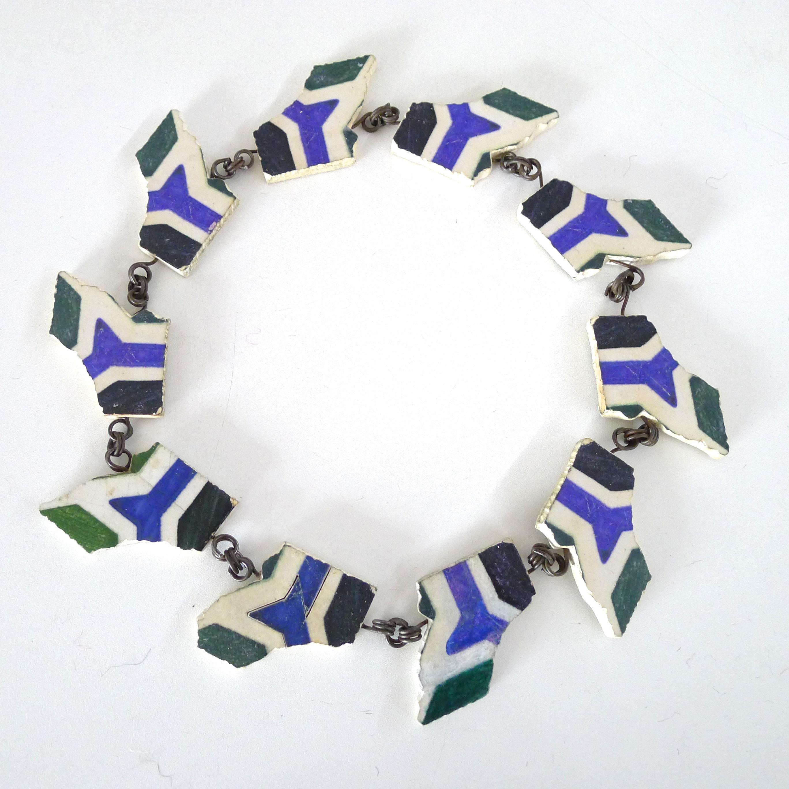 Mecky van den Brink, Tegelcollier Marokko, 1992. Collectie Claartje Keur, keramiek, metaal