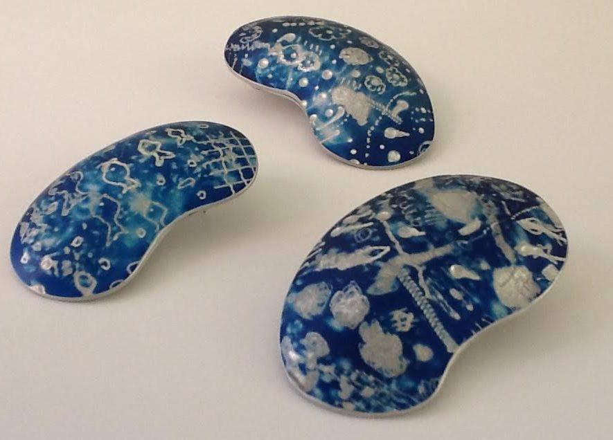 Sylvia Blickman, Variaties op Orchid in blauw, broches, 2016, geanodiseerd aluminium