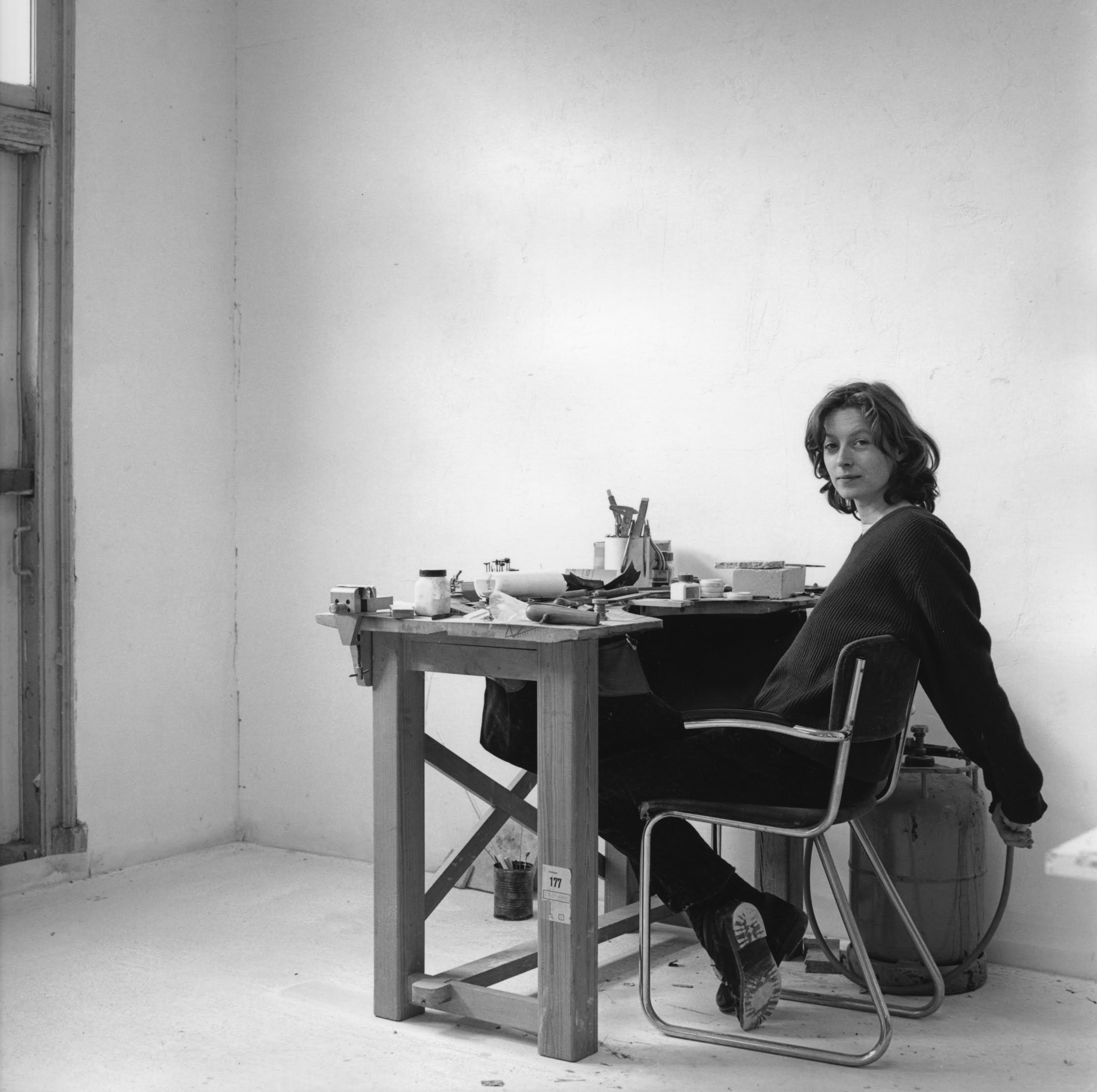 Julie Mollenhauer in haar atelier, 25 maart 1992, foto Claartje Keur