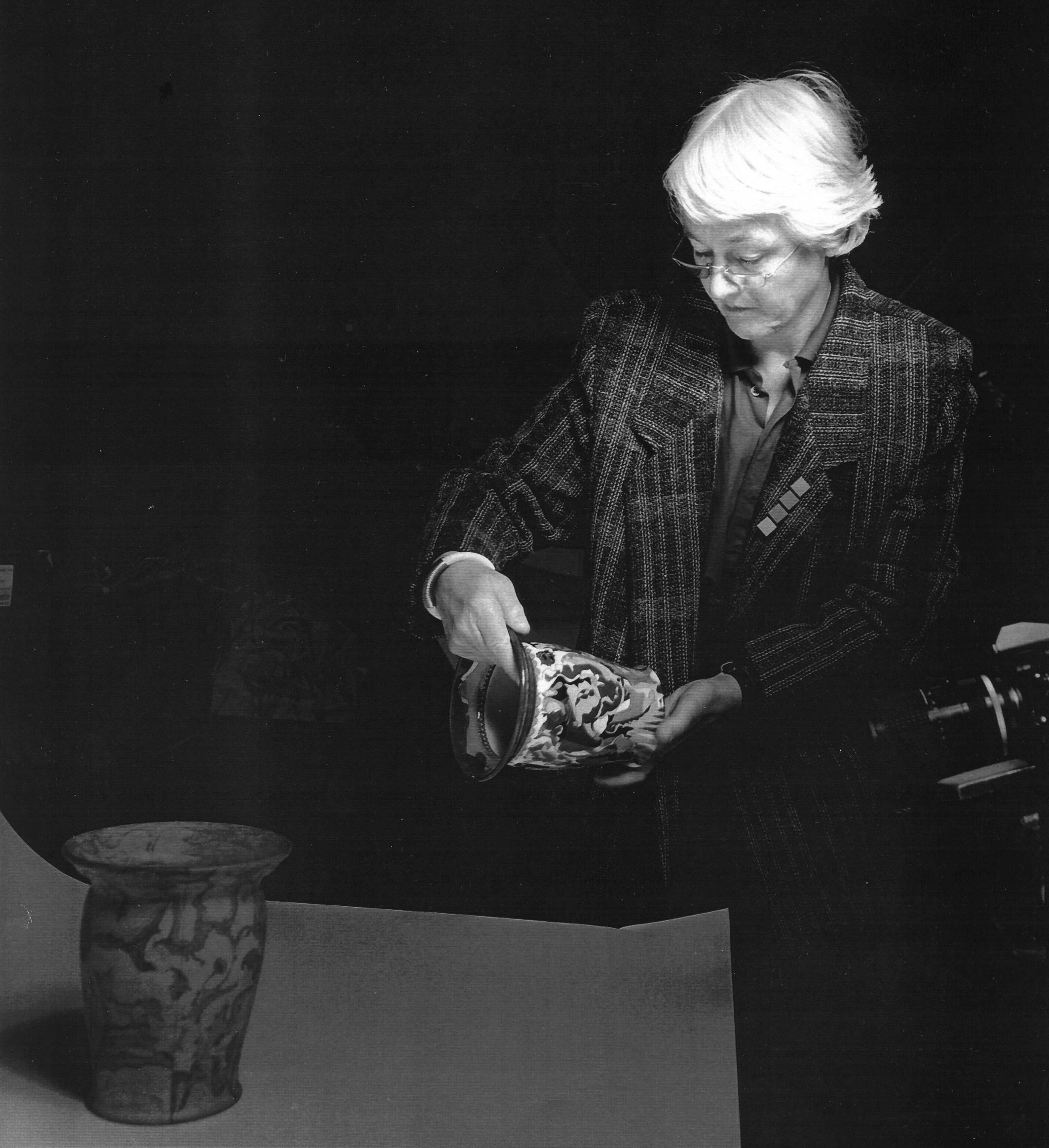 Riet Neerincx aan het werk voor het Gemeentemuseum Arnhem, 1986, portret
