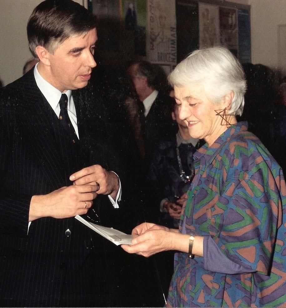 Riet Neerincx (met Johan ter Molen) neemt afscheid van het Gemeentemuseum Arnhem, 19 december 1986, portret