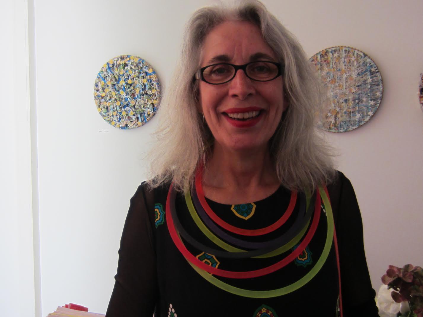 Thea Tolsma draagt halssieraad Paul Derrez, Galerie Ra, 20 mei 2017, portret, acryl