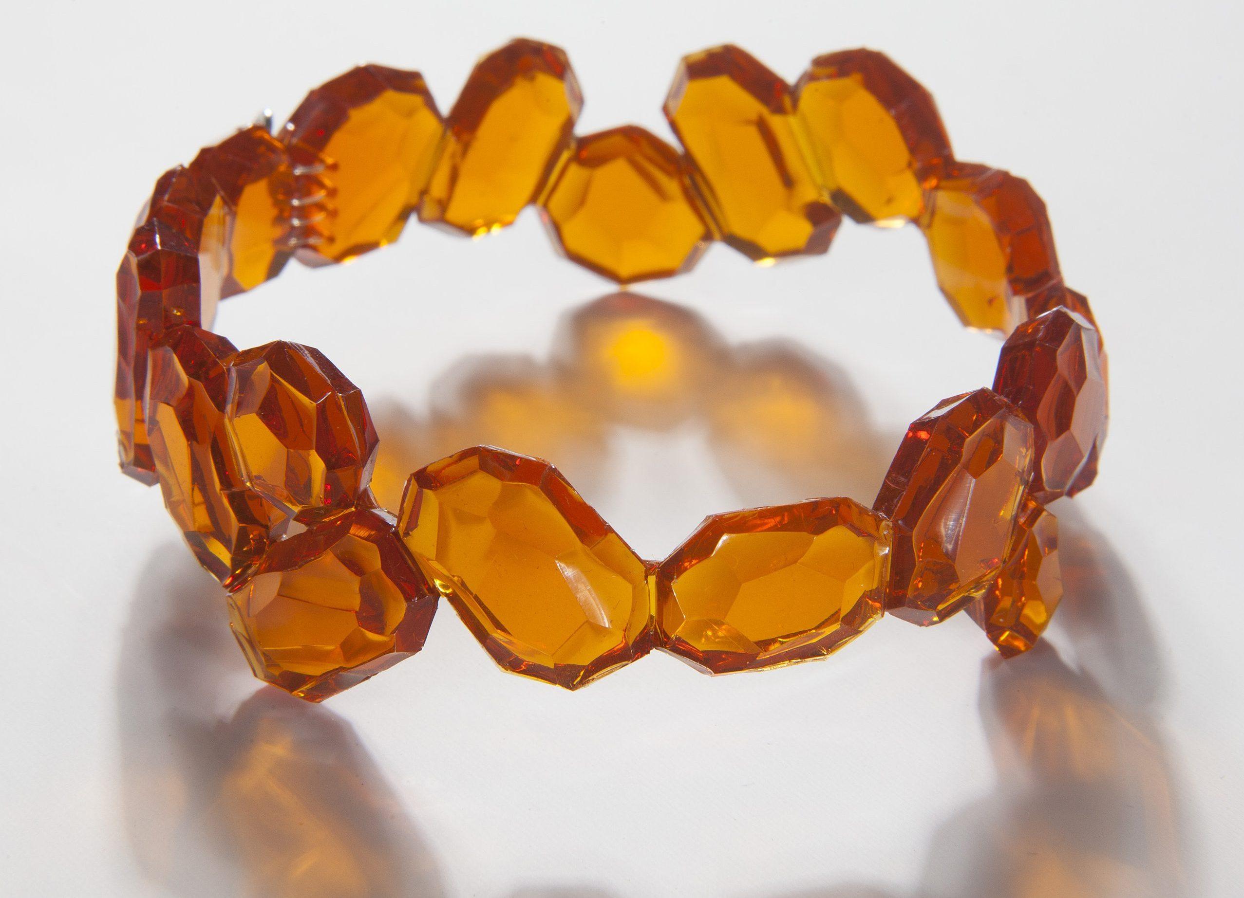 Kath Inglis, Tang Rock Cuff, armband. Foto met dank aan Kath Inglis©