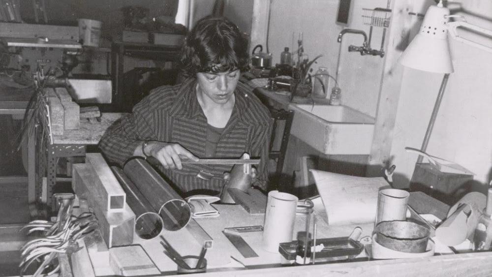 Françoise van den Bosch in haar atelier. Foto met dank aan Stichting Françoise van den Bosch©