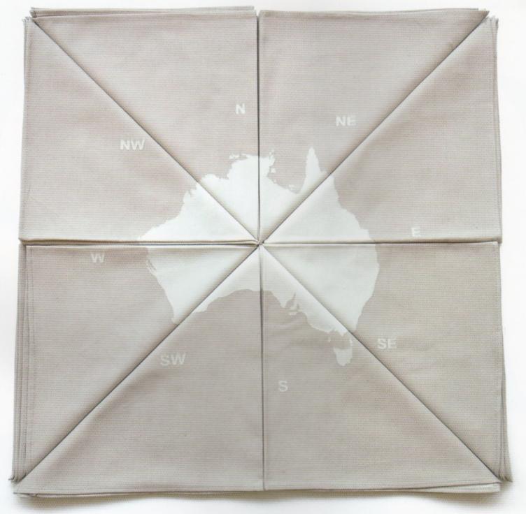 Manon van Kouswijk, 8 Courses, 8 servetten, 2004. Foto met dank aan Gallery Funaki©