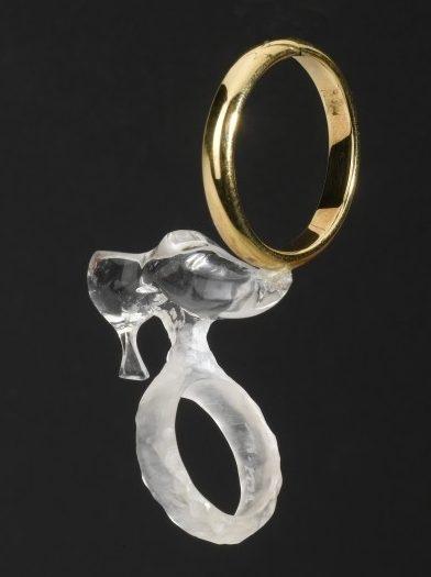 Ted Noten, Cinderella's Ring, 1995. Foto met dank aan Stichting Françoise van den Bosch©