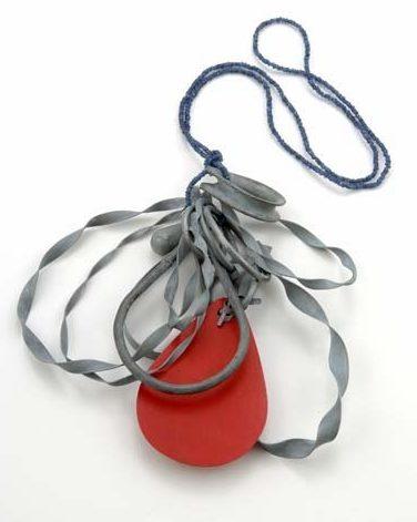 Lucy Sarneel, Blood, Sweat & Tears, halssieraad, 2010. Privé collectie, zink, saffier, formica, staal