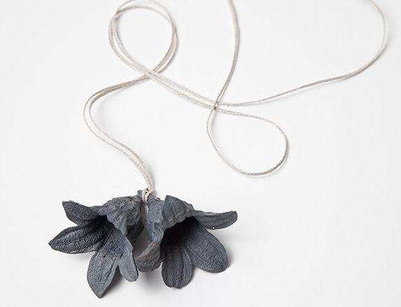 Marian Hosking, Double Brachychiton, hanger, 2013, zilver, koord