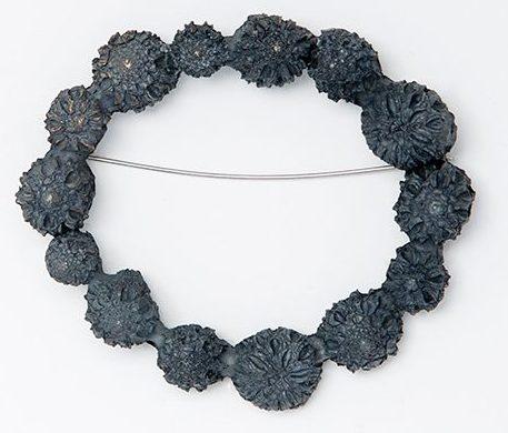 Marian Hosking, Casuarine ring, broche, 2013, metaal