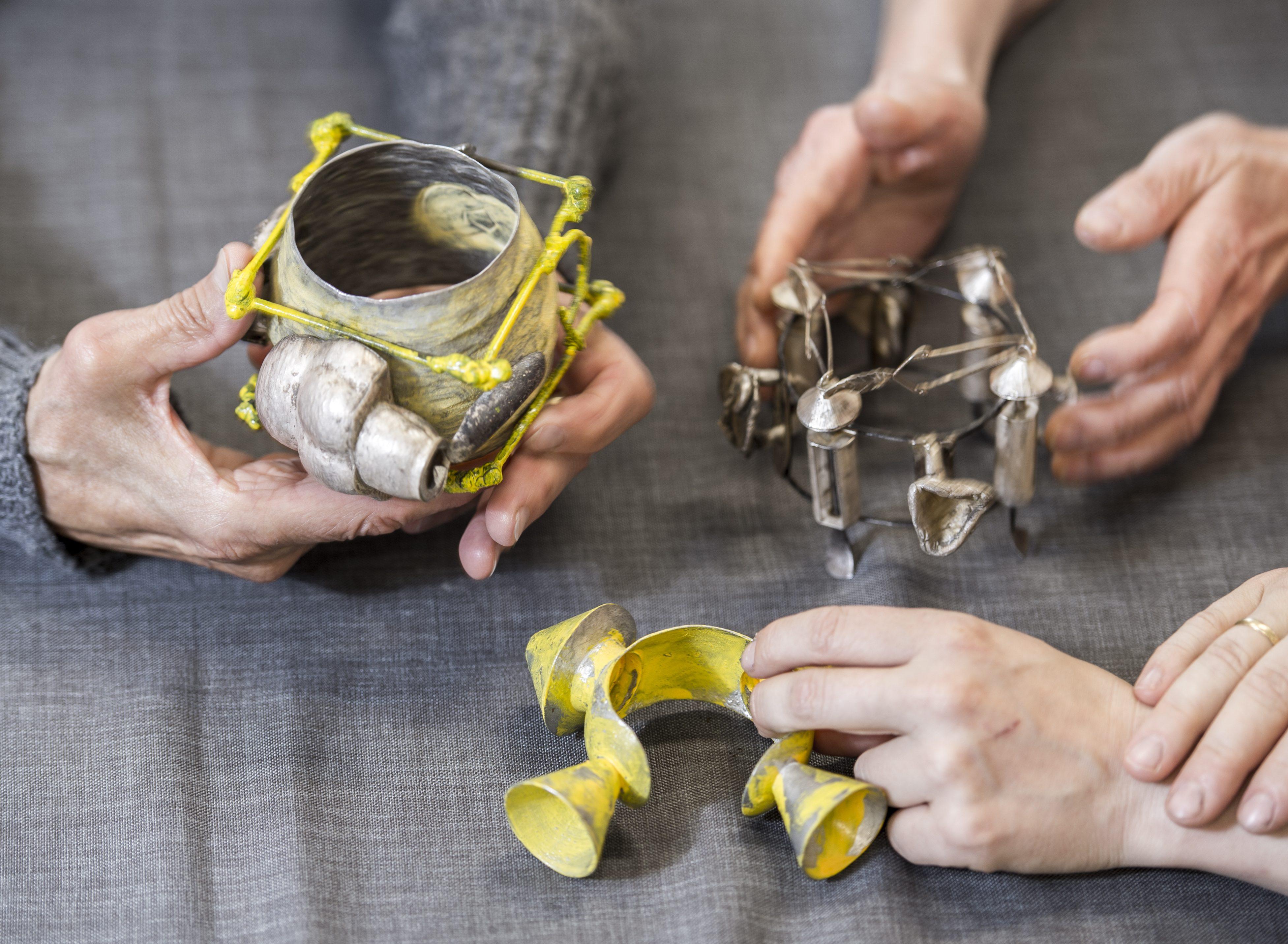 Saskia Detering, armbanden. Foto Andrea Wittstruck, metaal