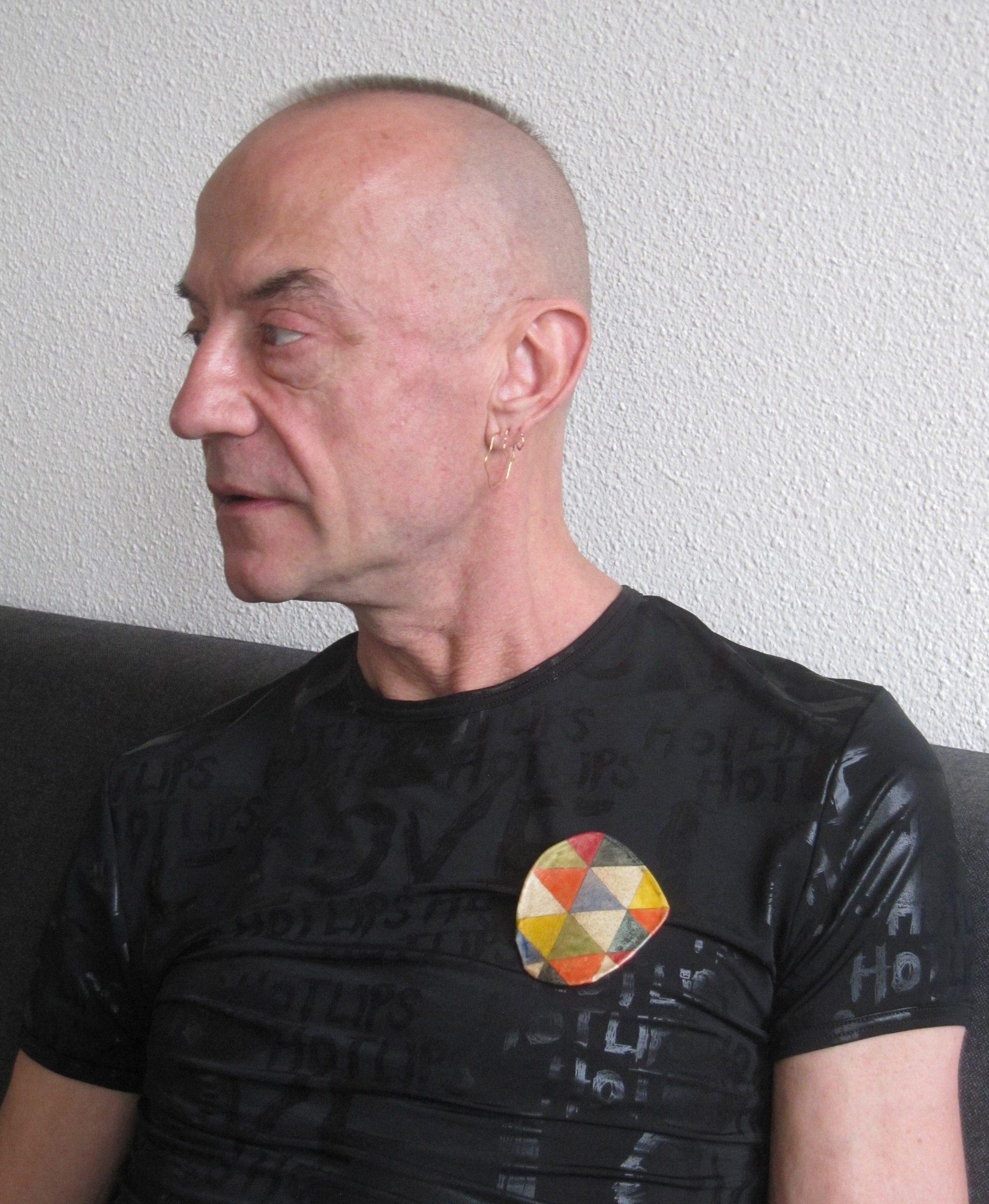 Jeldrik Oorthuys draagt Iene Ambars broche Letters to my Friends, portret