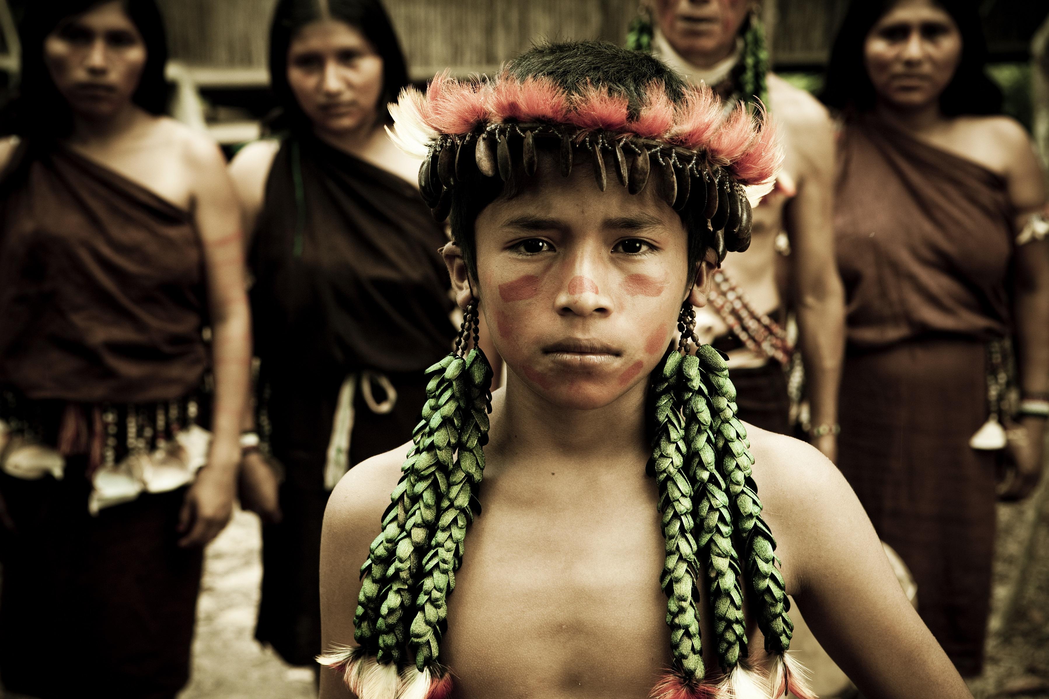 Awajun jongen met oorsieraden van kevervleugels en toekanveren, Peru, 2010. Foto met dank aan Museum Volkenkunde, Gabriela Medina©