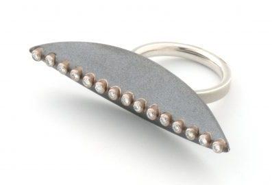 Janis Kerman, ring. Foto met dank aan Ornamentum Gallery©