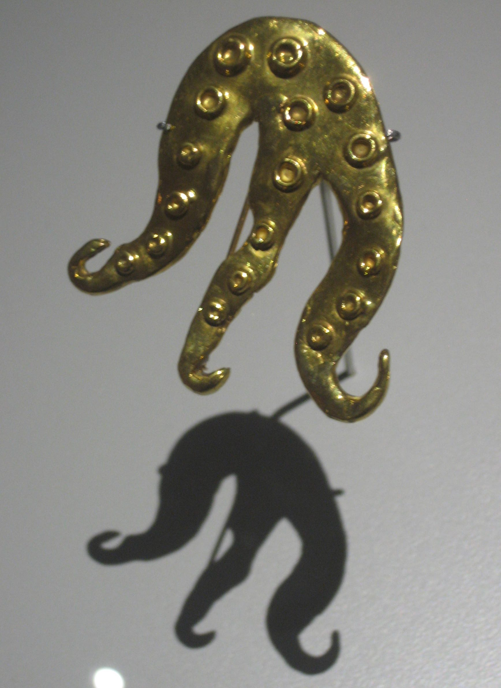 Dorothea Tanning, Miss Octopus, broche, 1966. Uitgevoerd door François Hugo. Foto Esther Doornbusch, oktober 2017, CC BY 4.0