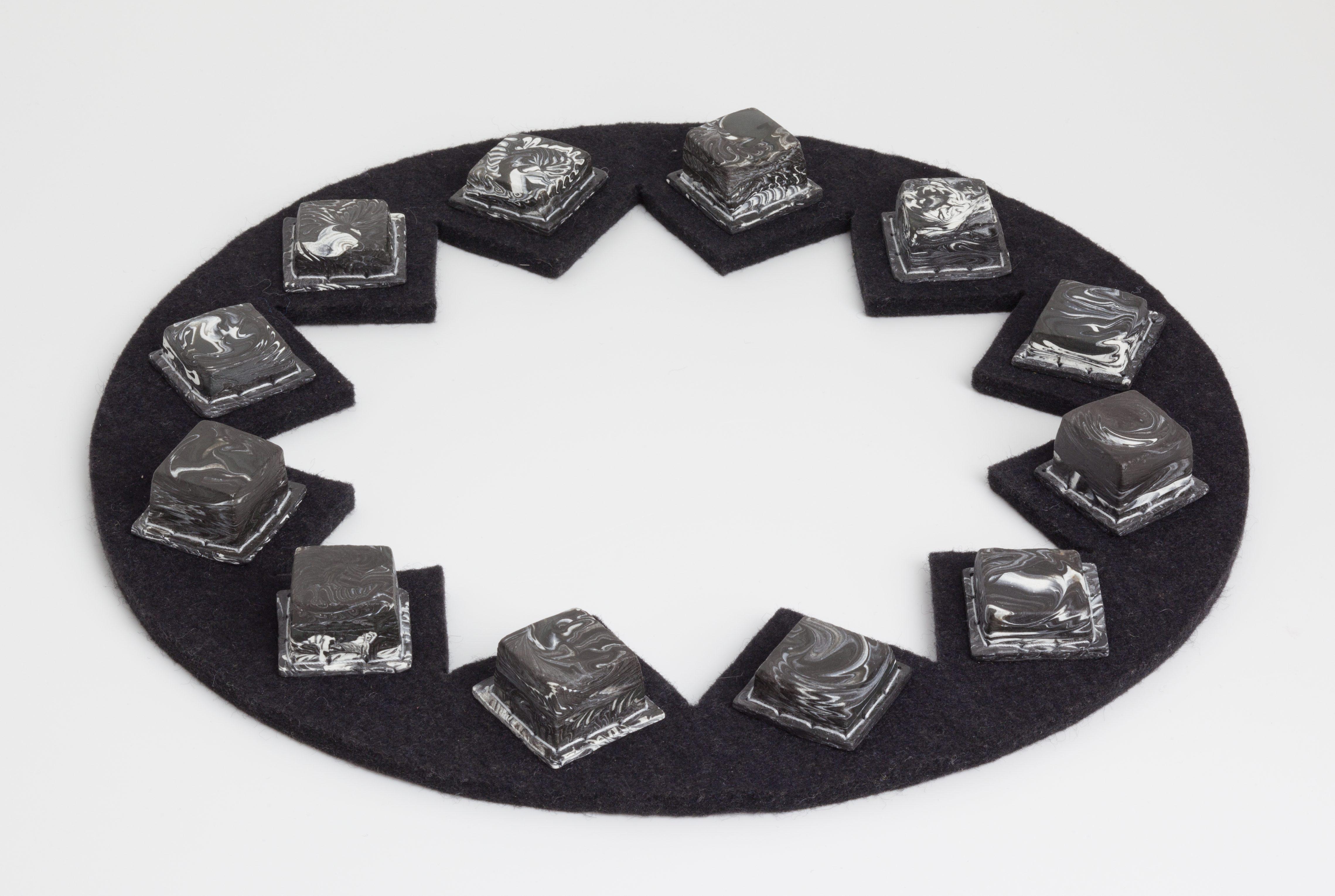 Maria Hees, halssieraad, 2004. Collectie Jurriaan van den Berg, Collectie Museum Arnhem, rubber