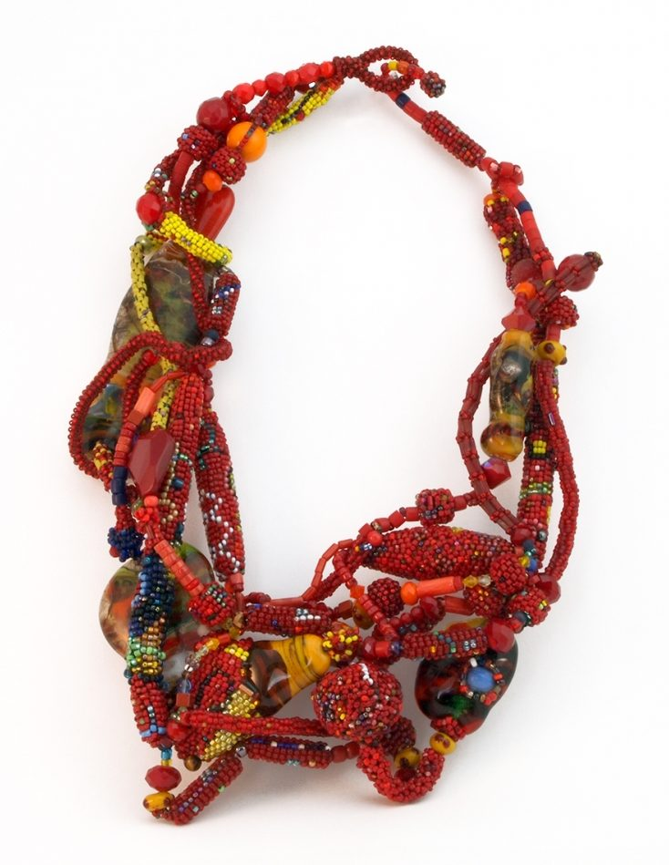 Joyce J. Scott, Red Electricity, halssieraad. Courtesy Mobilia Gallery©