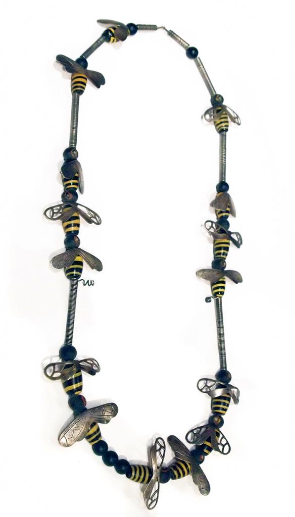 Kiff Slemmons, Bee Necklace, halssieraad. Courtesy Mobilia Gallery©