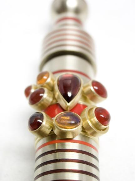 Wendy Ramshaw, Red Rocket, set ringen op standaard, goud, cabochon geslepen stenen, metaal