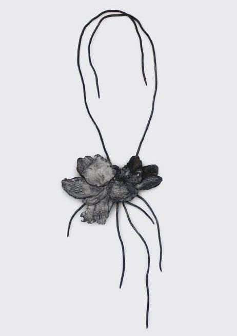 Nanna Melland, Les fleurs du mal, halssieraad, 2006. Foto met dank aan Galerie Spektrum©