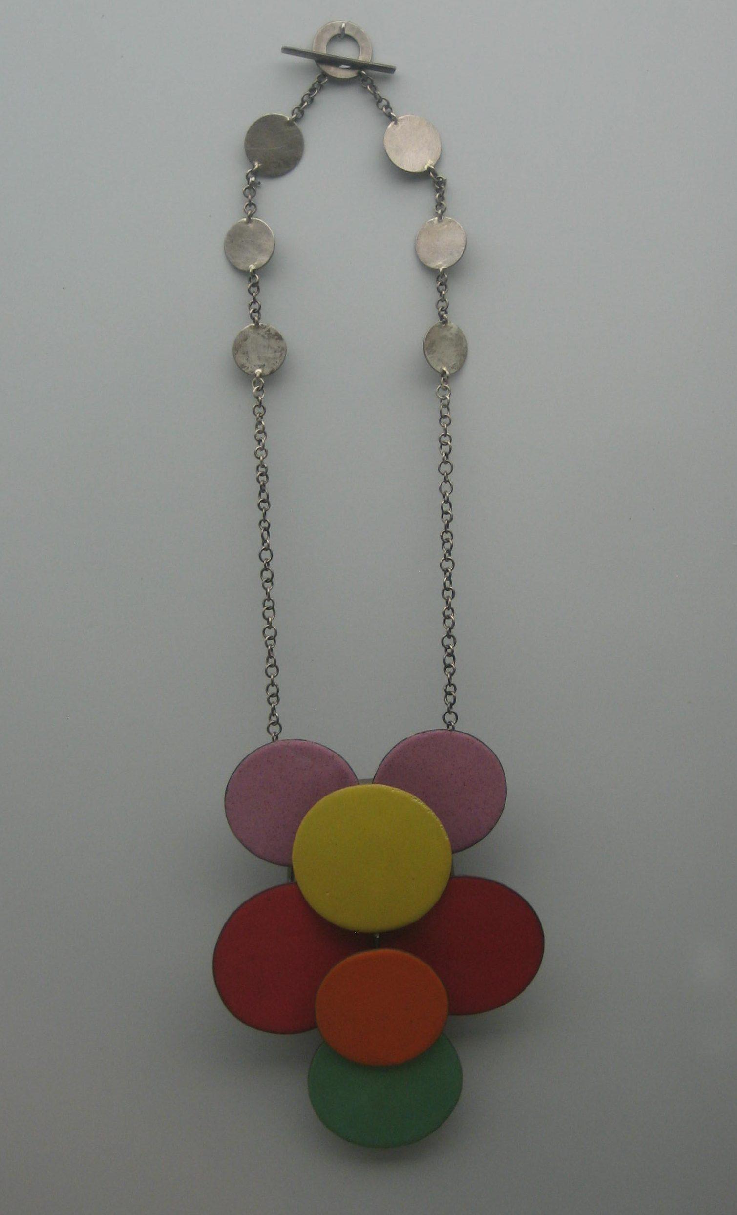 Daniel Kruger, halssieraad, 2008. Collectie Grassimuseum, metaal, email