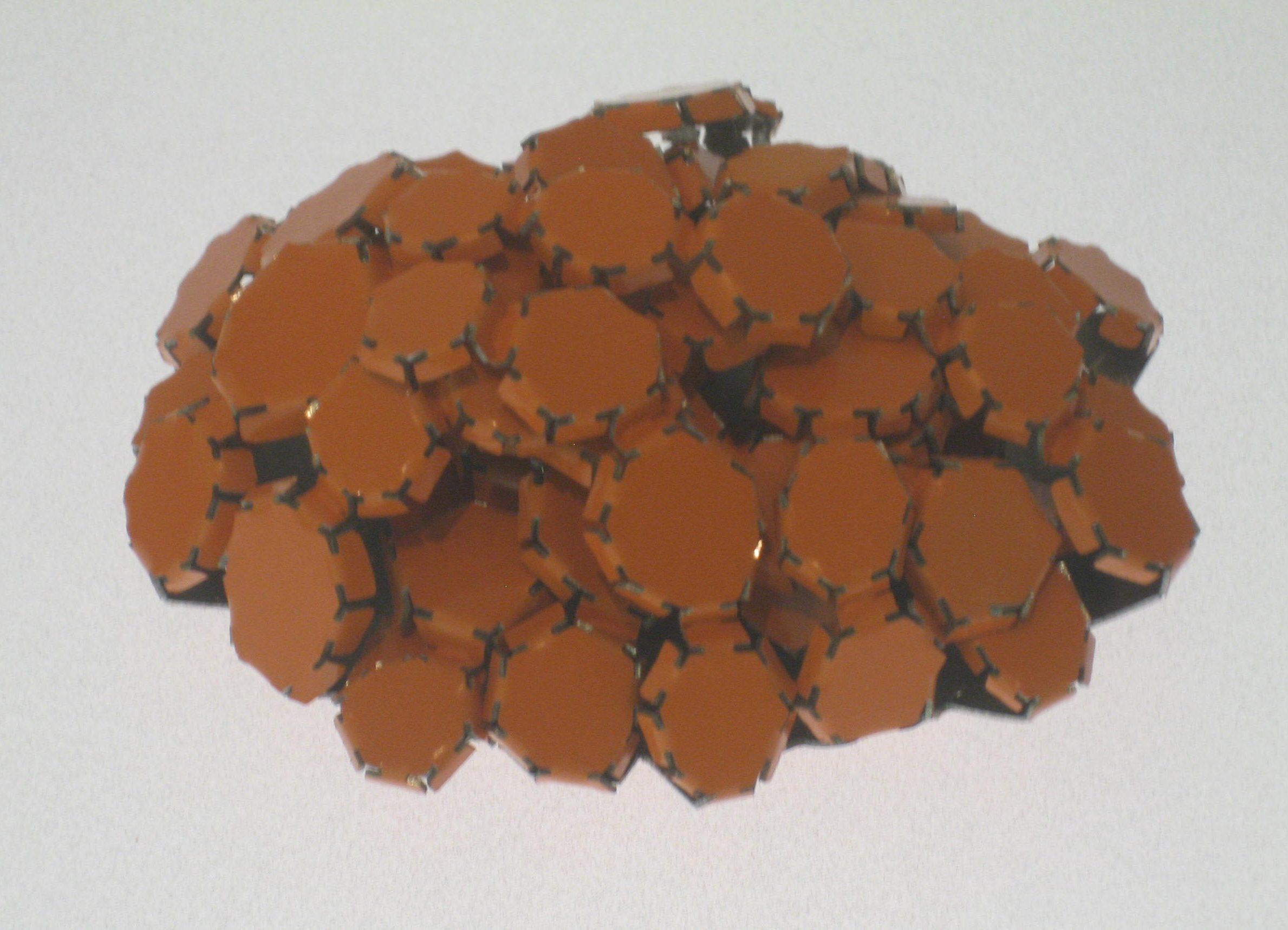 Mirjam Hiller, Ovalhaufen Orange, broche, 2009. Collectie Grassimuseum, metaal, coating
