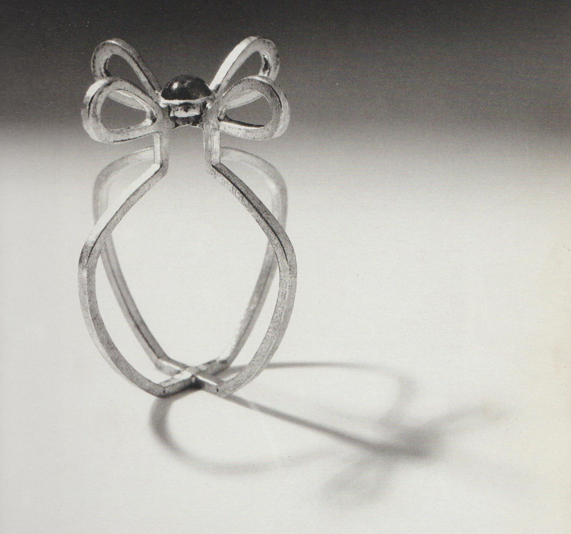Francesca di Ciaula, Little Flower's Vase, ring, 1988. Collectie Museum Arnhem, zilver, saffier