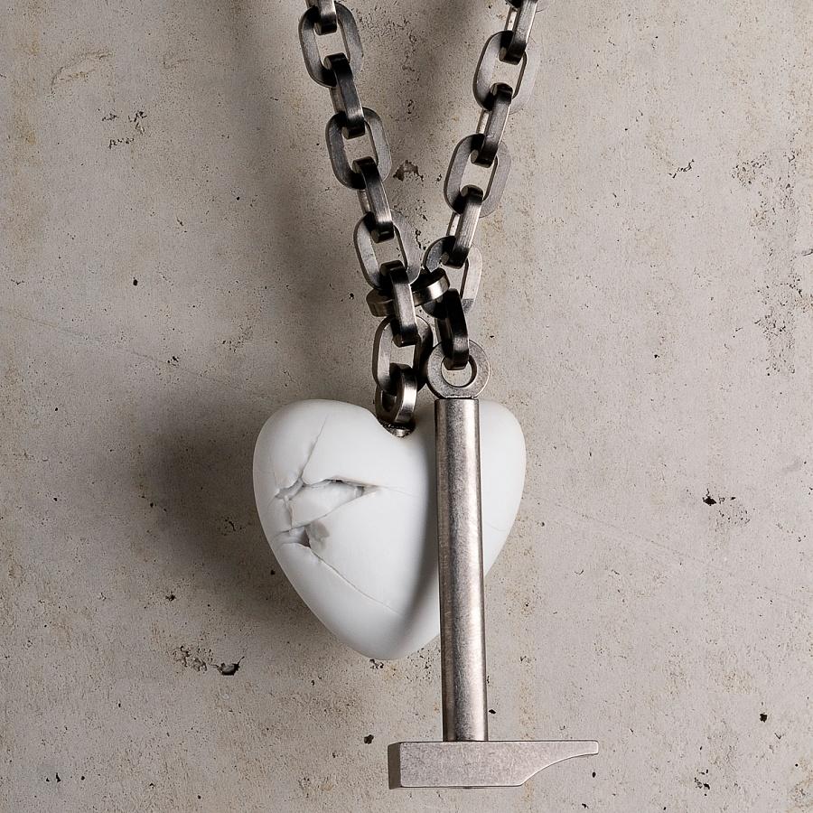 Frank Tjepkema, Heartbreak, halssieraad, 2007. Foto met dank aan Frank Tjepkema©