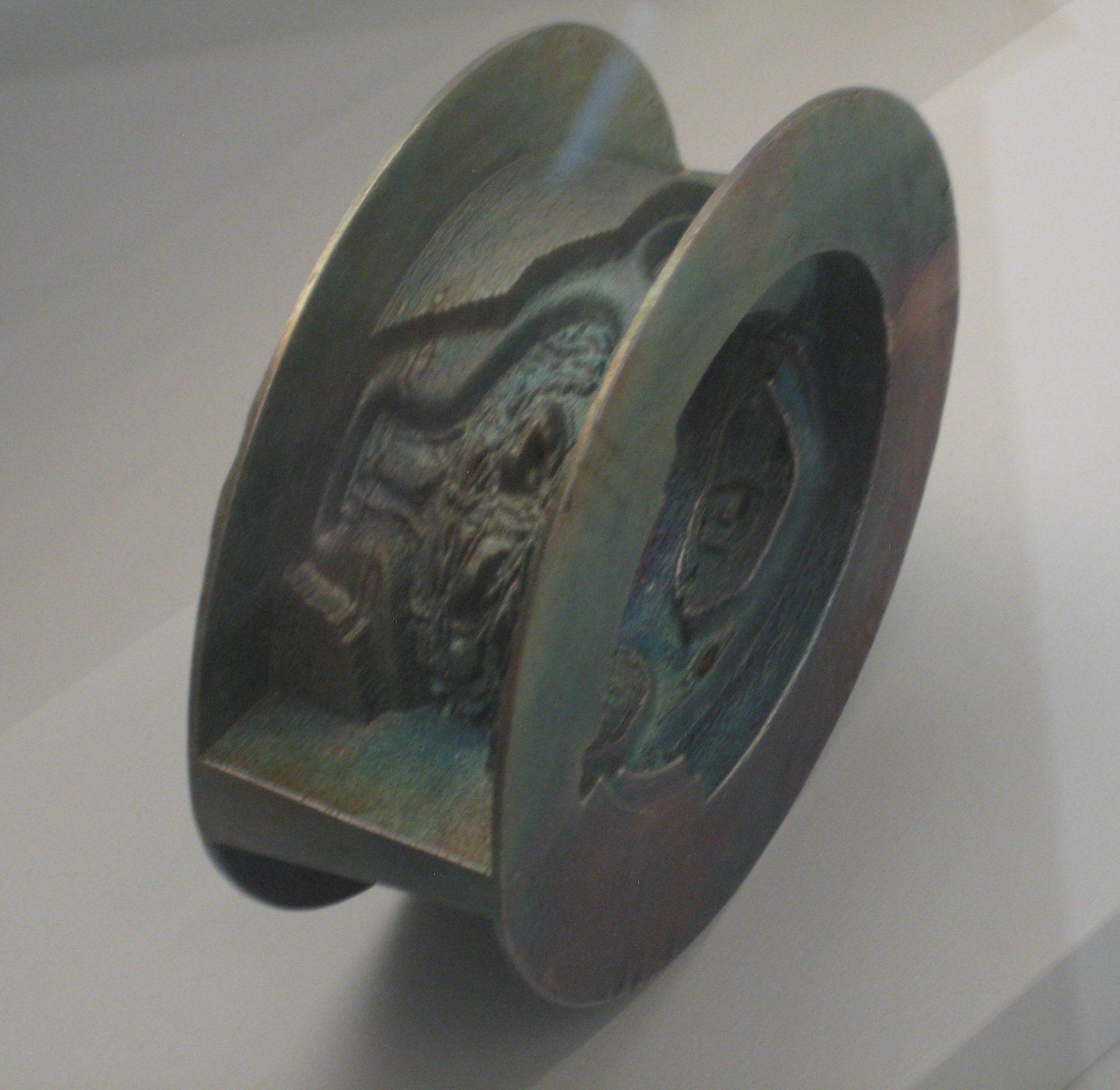 Beate Eismann, armband, 2011. Future Form, CODA, 2018, vitrine, tentoonstelling, metaal