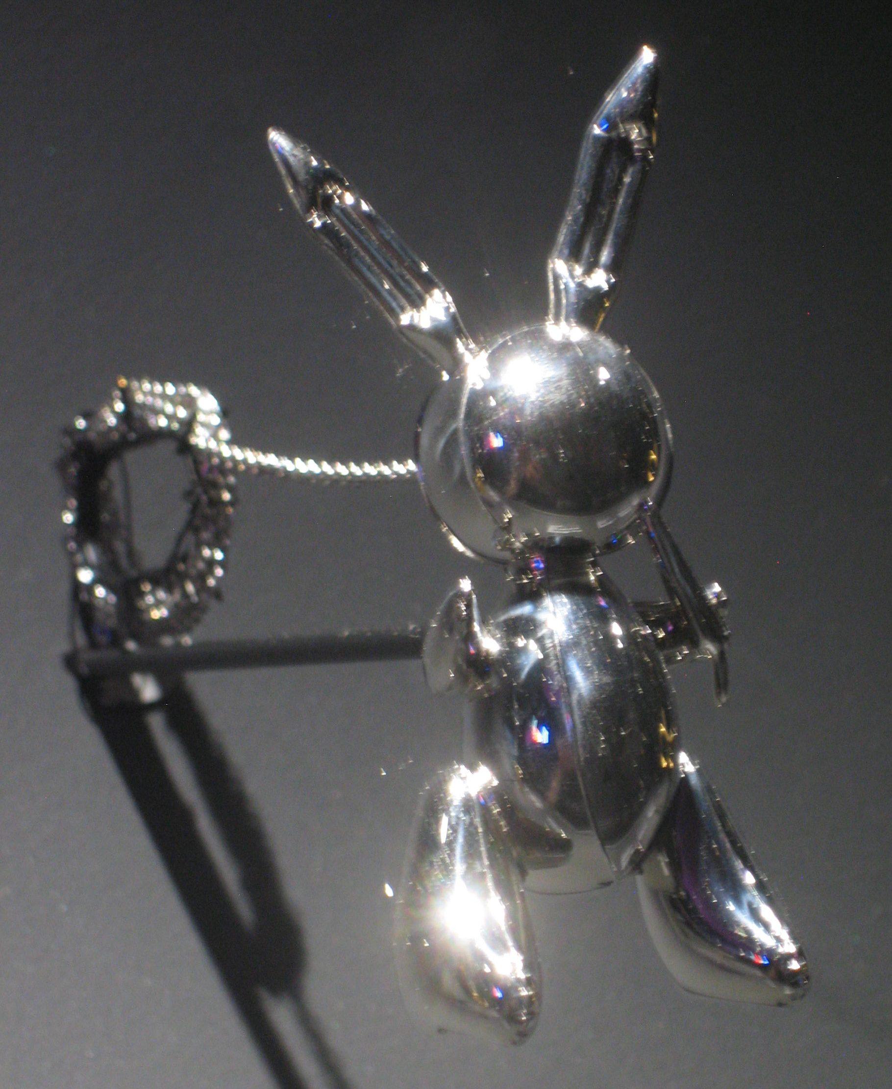 Jeff Koons, Rabbit Necklace, halssieraad, 2005-2009, 11/50. Collectie Diane Venet. Foto Esther Doornbusch, juni 2018, CC BY 4.0