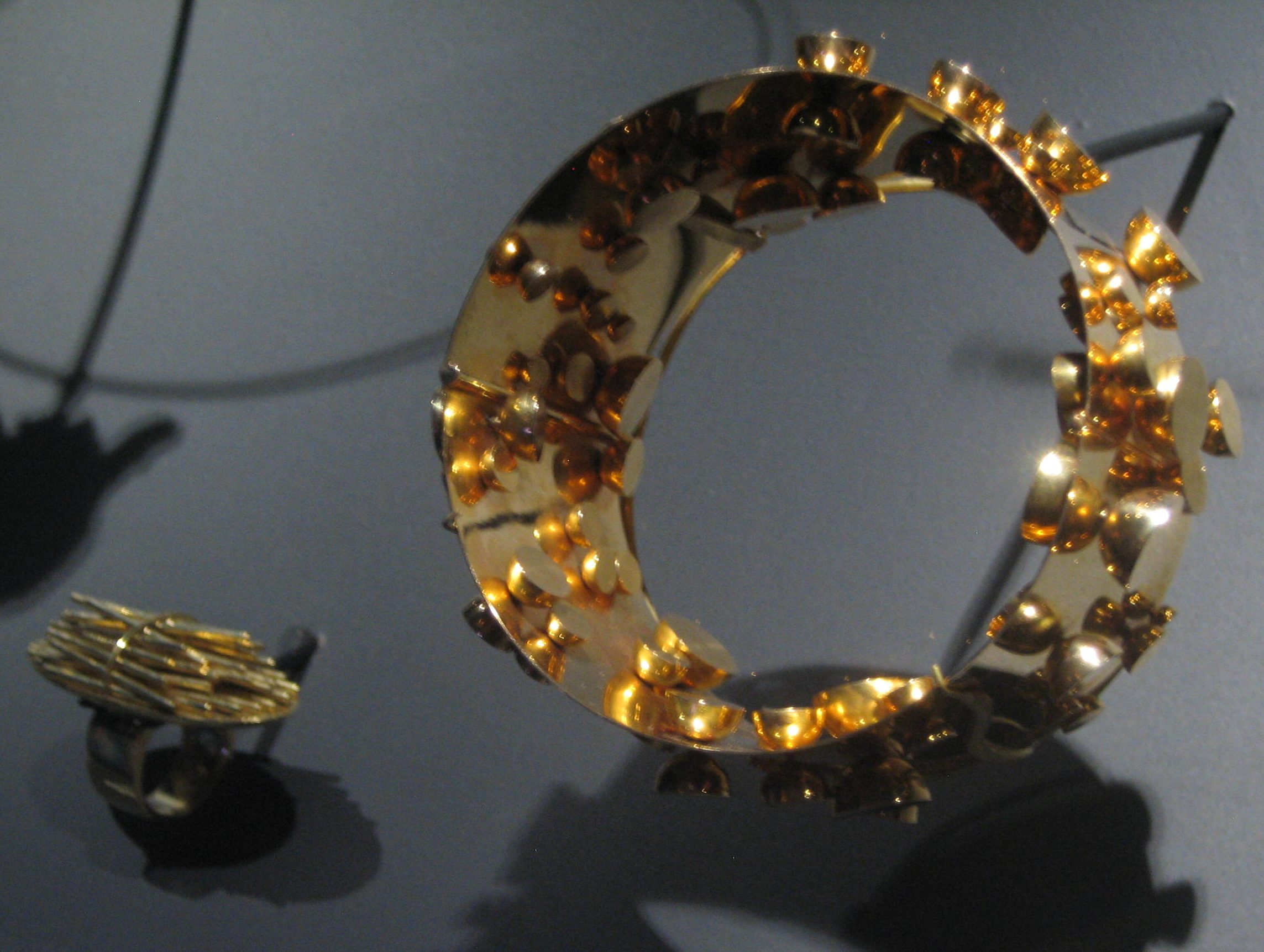 Pol Bury, Tiges en or et jaune, ring, 2003 en armband, 1968. Collectie Diane Venet. Foto Esther Doornbusch, juni 2018©