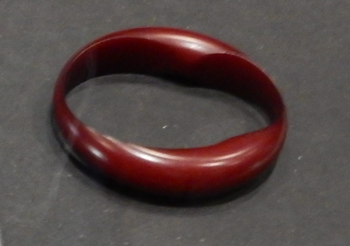 Gijs Bakker, Shot, armband, 1996. Show yourself, Design Museum Den Bosch, 2018, Collectie Yvònne Joris. Collectie DMDB, S2018.082. Foto Esther Doornbusch, 28 augustus 2018, CC BY 4.0