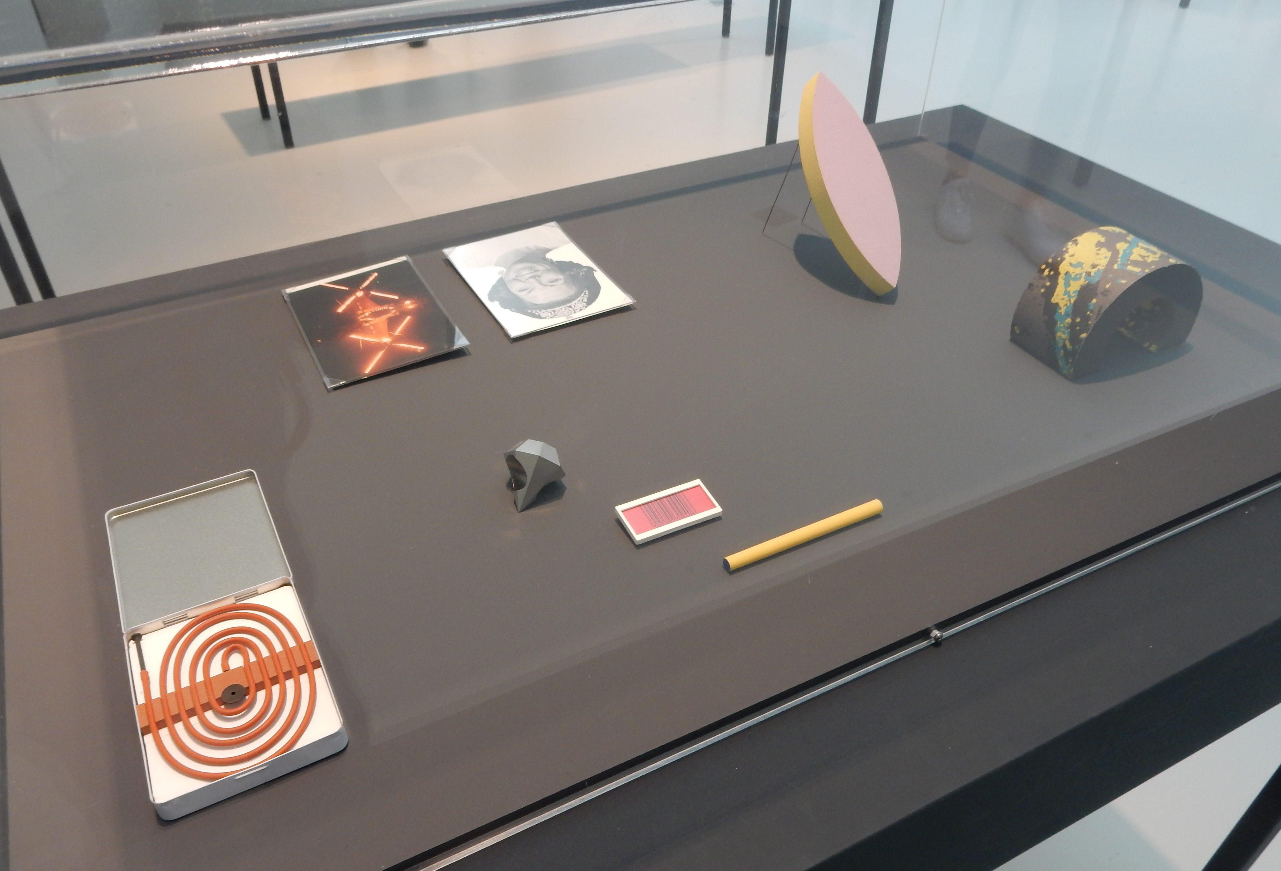 Otto Künzli, Show Yourself, Design Museum Den Bosch, 2018. Collectie Benno Premsela, tentoonstelling, tafelvitrine, metalen, kunststoffen, papier, broches