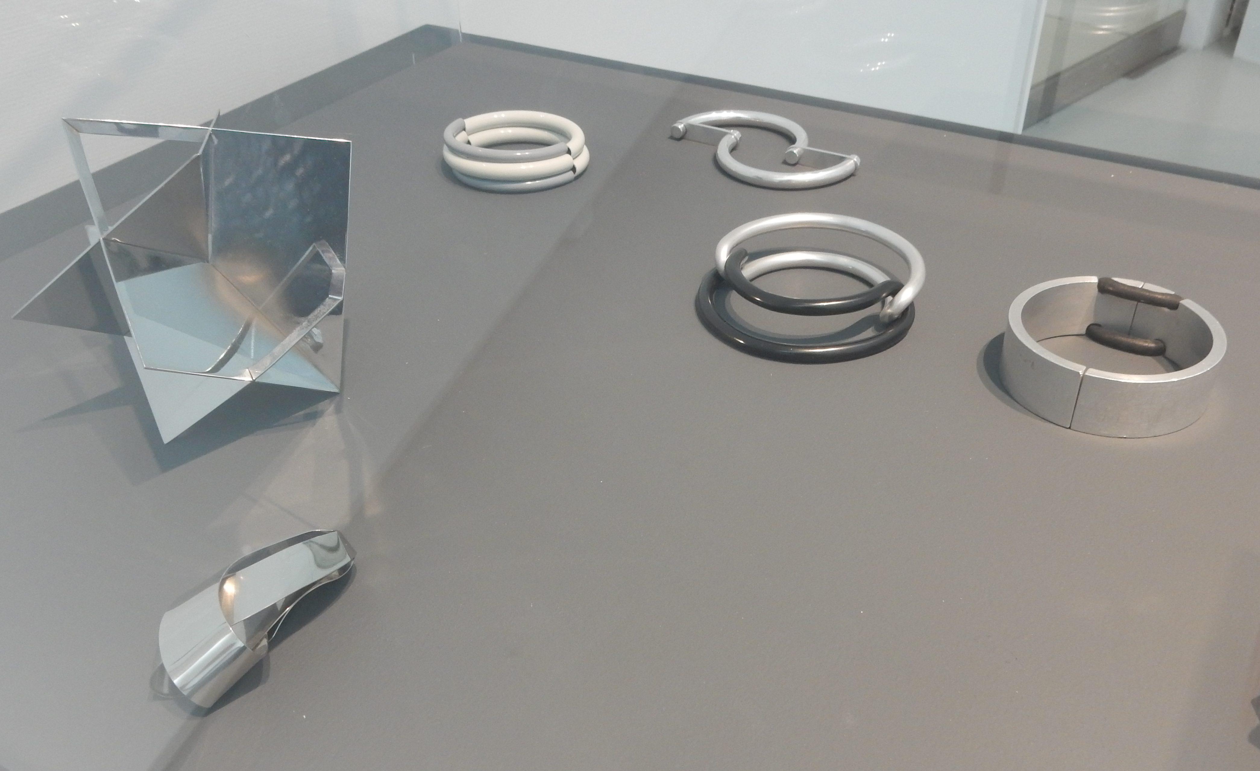 Nicolaas van Beek en Françoise van den Bosch. Show Yourself, Design Museum Den Bosch, 2018. Collectie Benno Premsela, objecten, armbanden, metaal, aluminium, rubber, vitrine, tentoonstelling