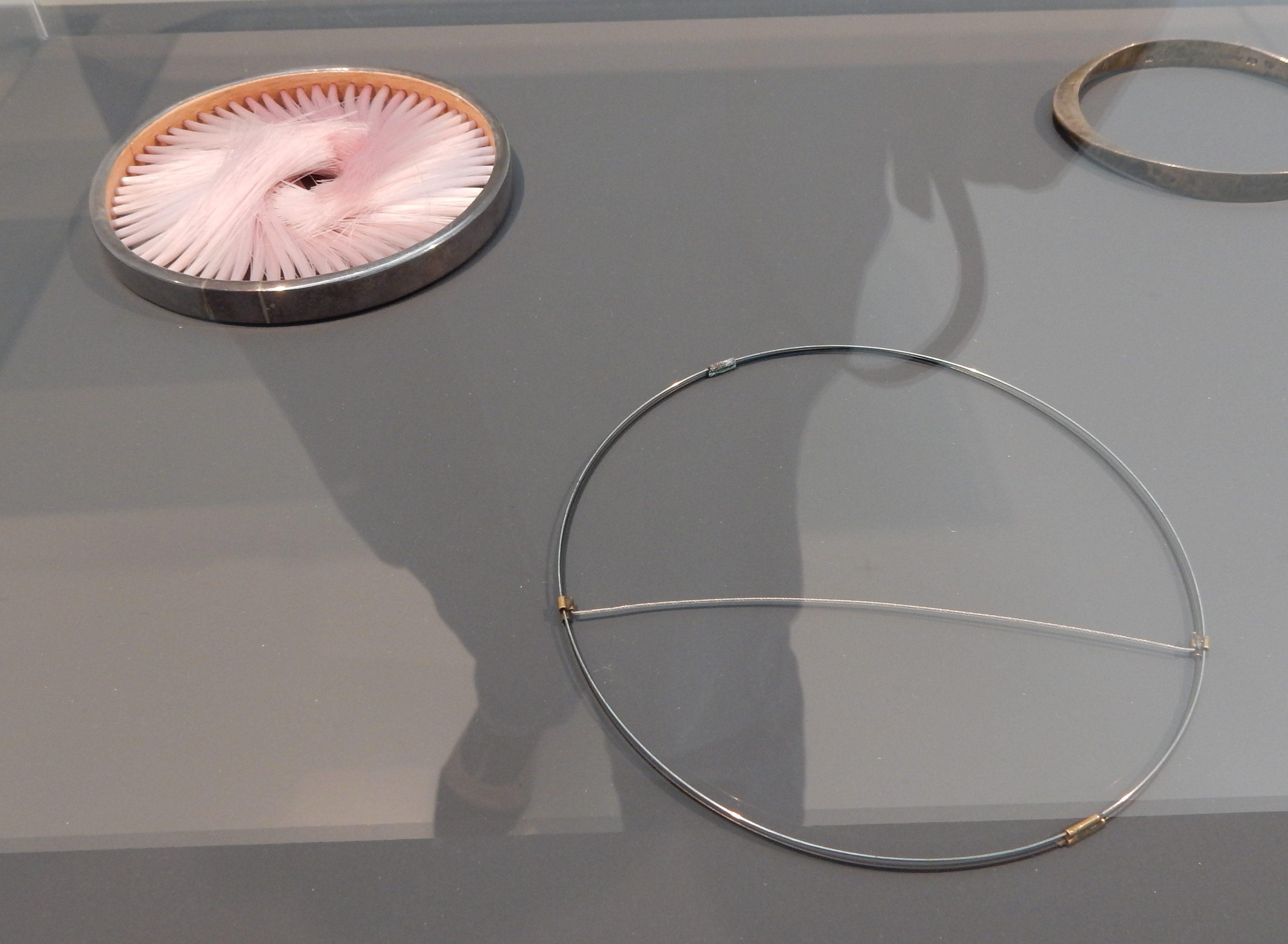 Caroline Broadhead, Beni Bronstein, armbanden, 1978, 1982. Collectie Benno Premsela, metaal, kunststof, vitrine, tentoonstelling