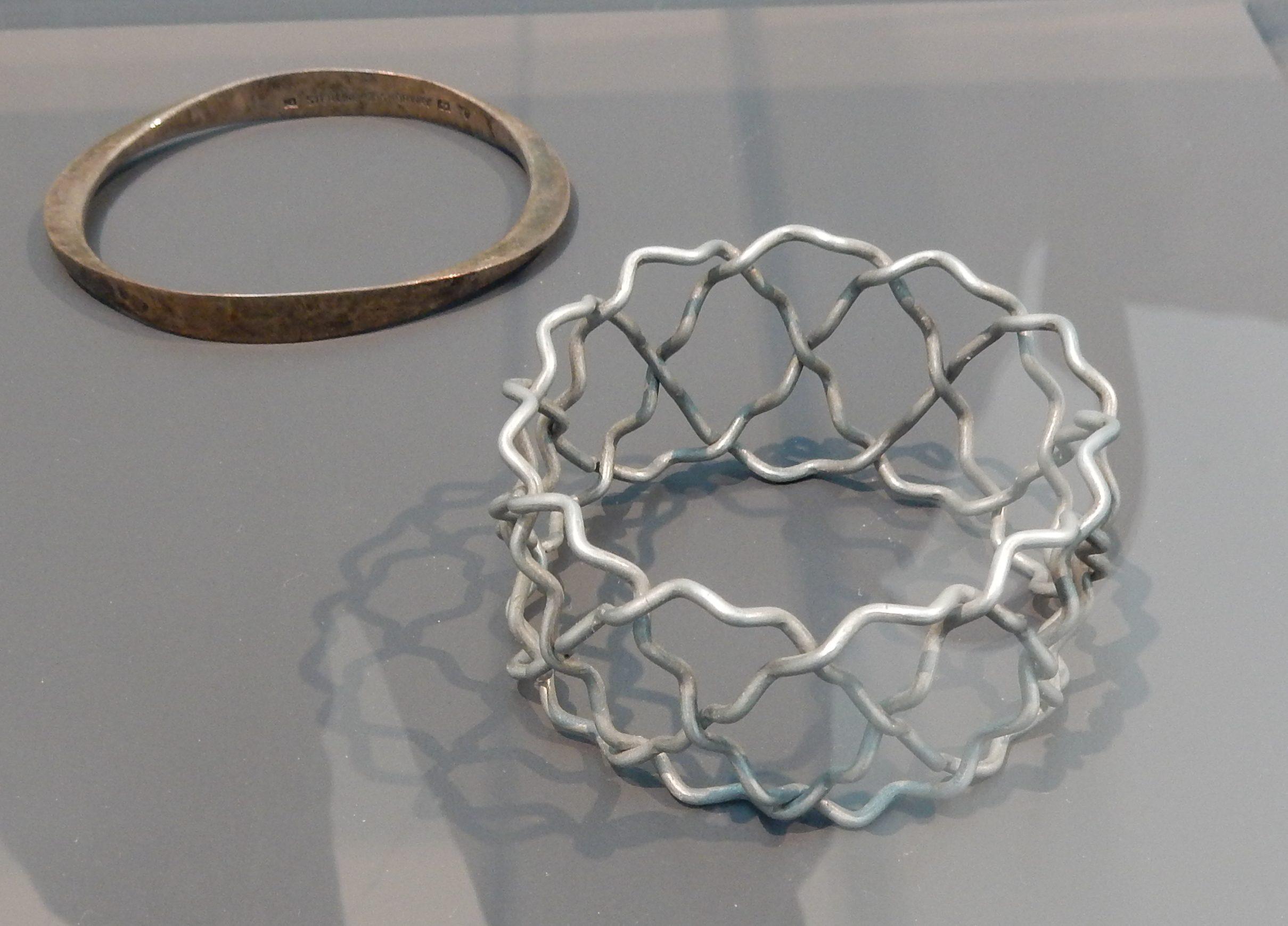 Tone Vigeland, Vered Kaminski, armbanden, 1959, 1992. Show yourself, Design Museum Den Bosch, 2018. Collectie Benno Premsela, metaal, tentoonstelling