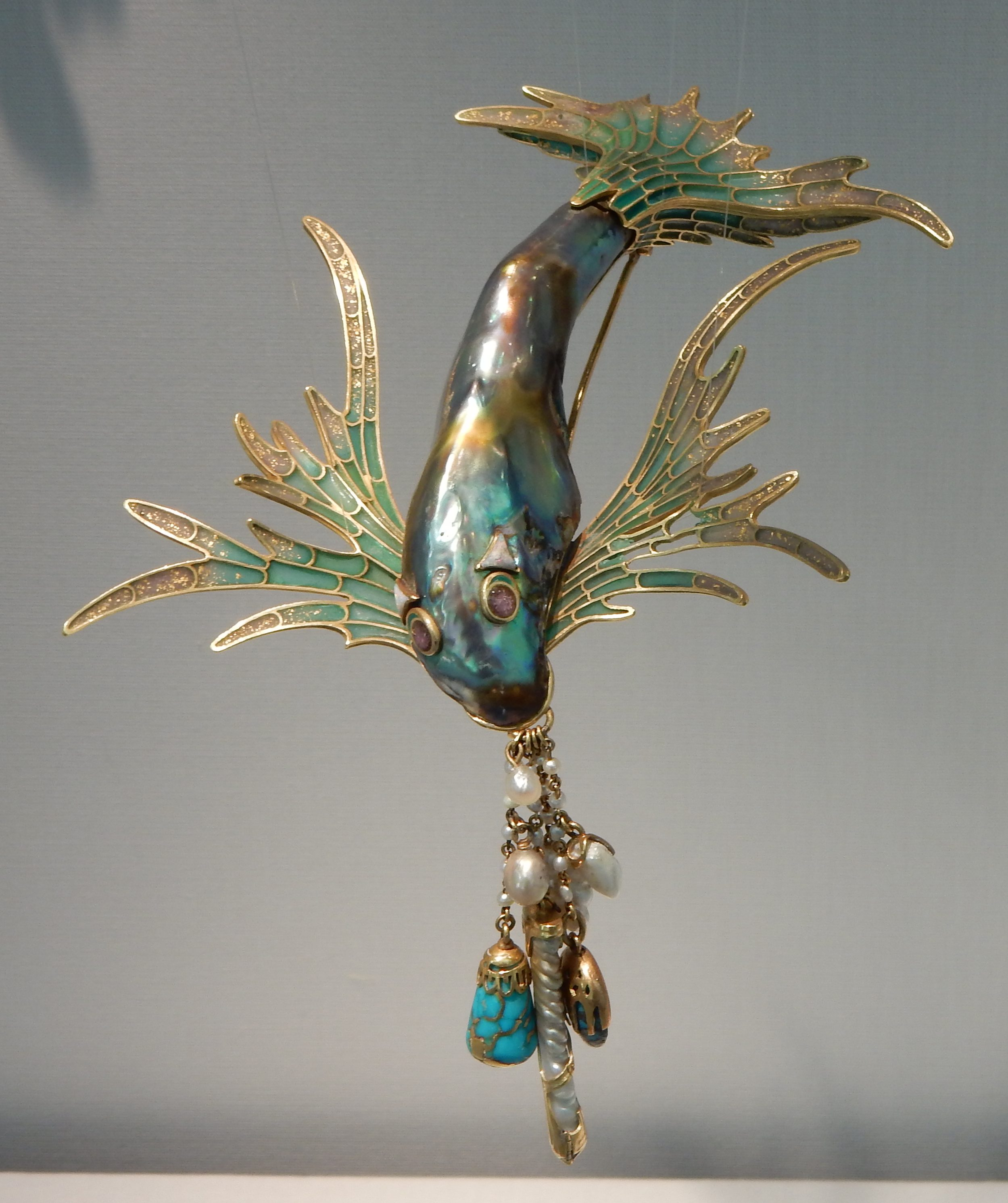 Georges Fouquet, Poisson, broche, 1900-1901. Schmuckmuseum Pforzheim, september 2018. Foto met dank aan Coert Peter Krabbe, CC BY 4.0
