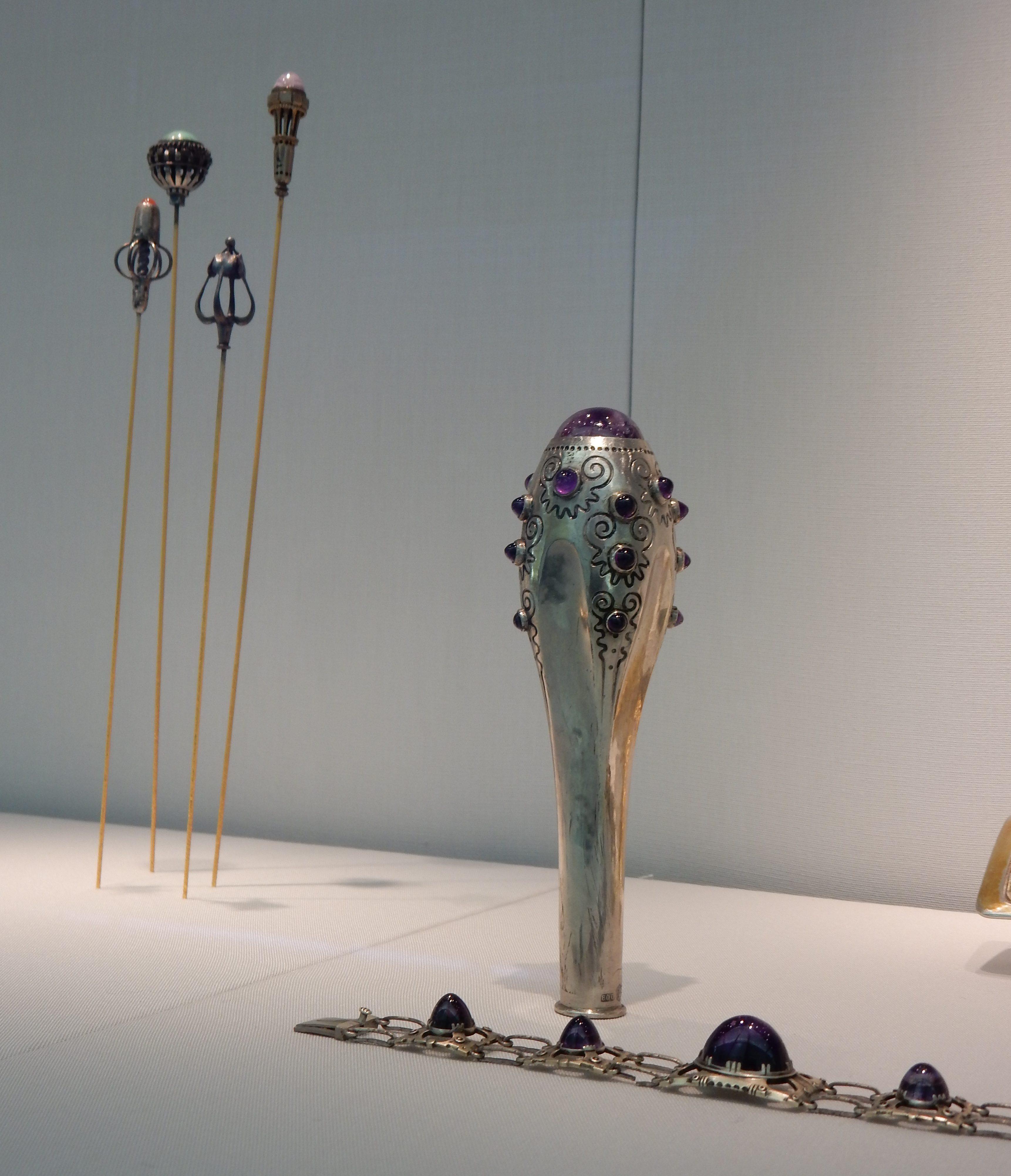 Hoedennaalden, parapluhandgreep, 1910, Max Strobl, armband, 1901. Schmuckmuseum Pforzheim, september 2018. Foto met dank aan Coert Peter Krabbe, CC BY 4.0