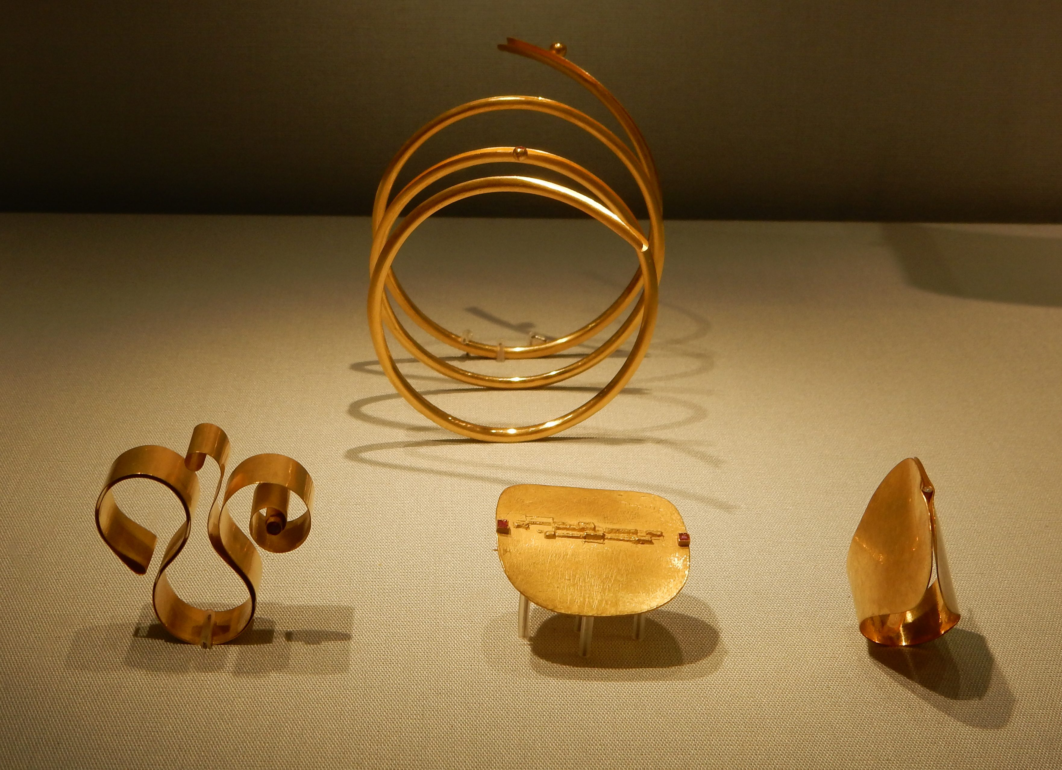 Mario Pinton, armband, 1976, ring, 1982, broche, 1967, ring, 1988. Schmuckmuseum Pforzheim. Foto met dank aan Coert Peter Krabbe, september 2018, CC BY 4.0