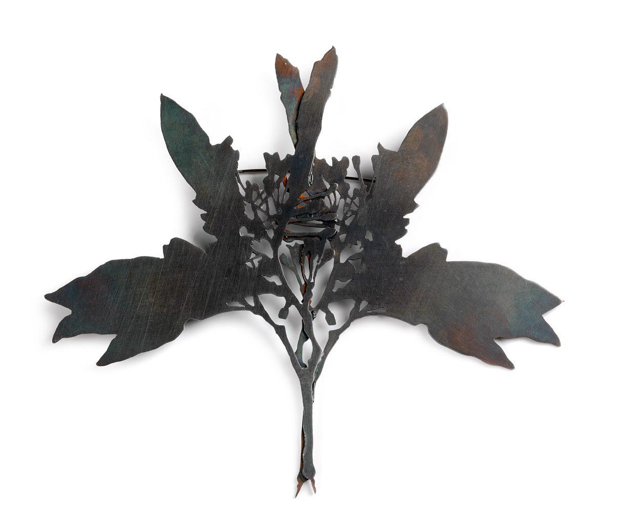 Marian Hosking, Blueberry ash, broche, 2008. Collectie Daalder. Foto Grant Hancock, metaal