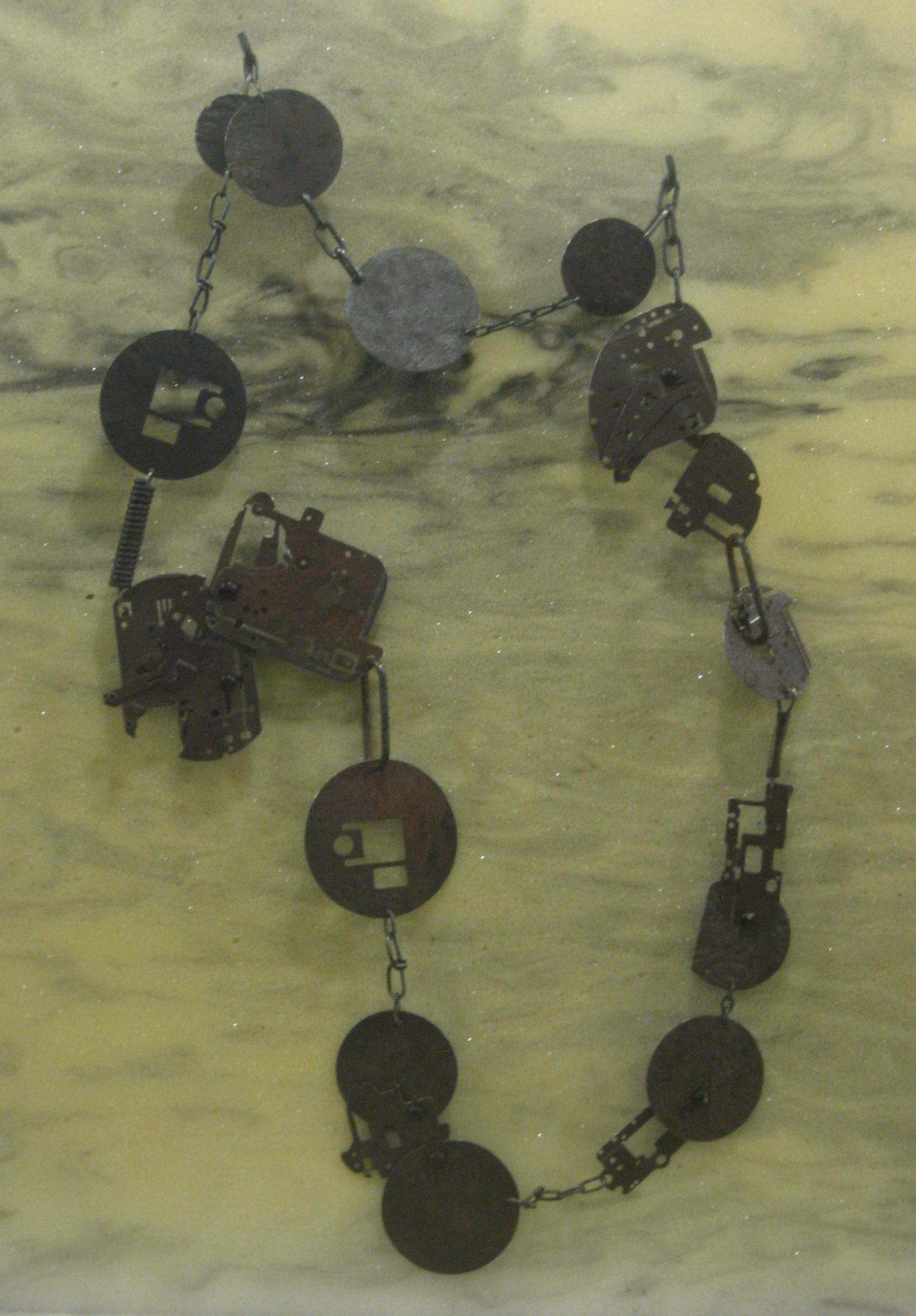Marianne Anselin, Mécanique, halssieraad, 2007. Collectie S. Thierry-de Saint Rapt, metaal, tentoonstelling