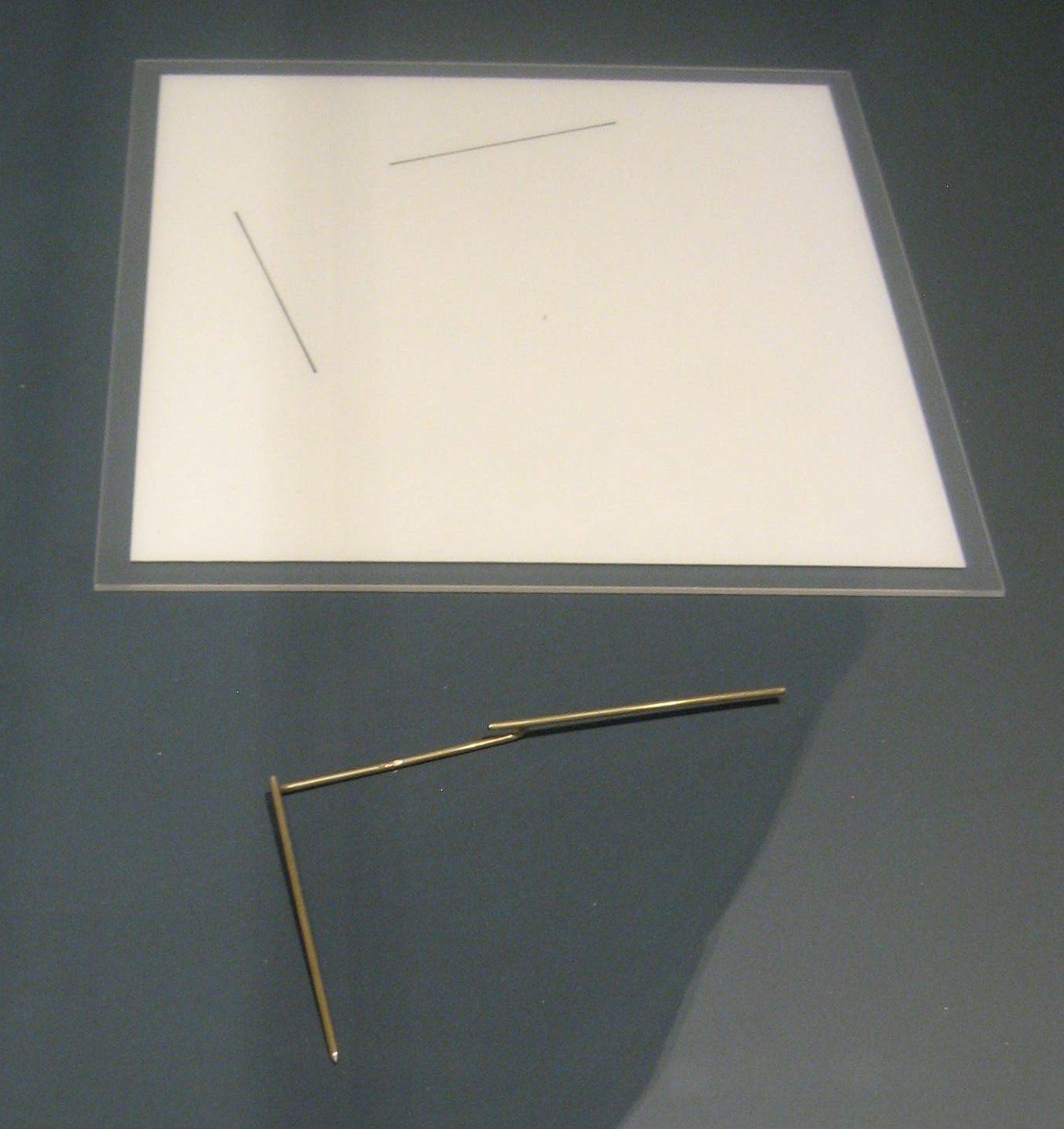 Emmy van Leersum, tekening voor broche, 1979 broche. Toen Emmy nu Gijs, 2018. Collectie Design Museum Den Bosch, papier, tentoonstelling, vitrine