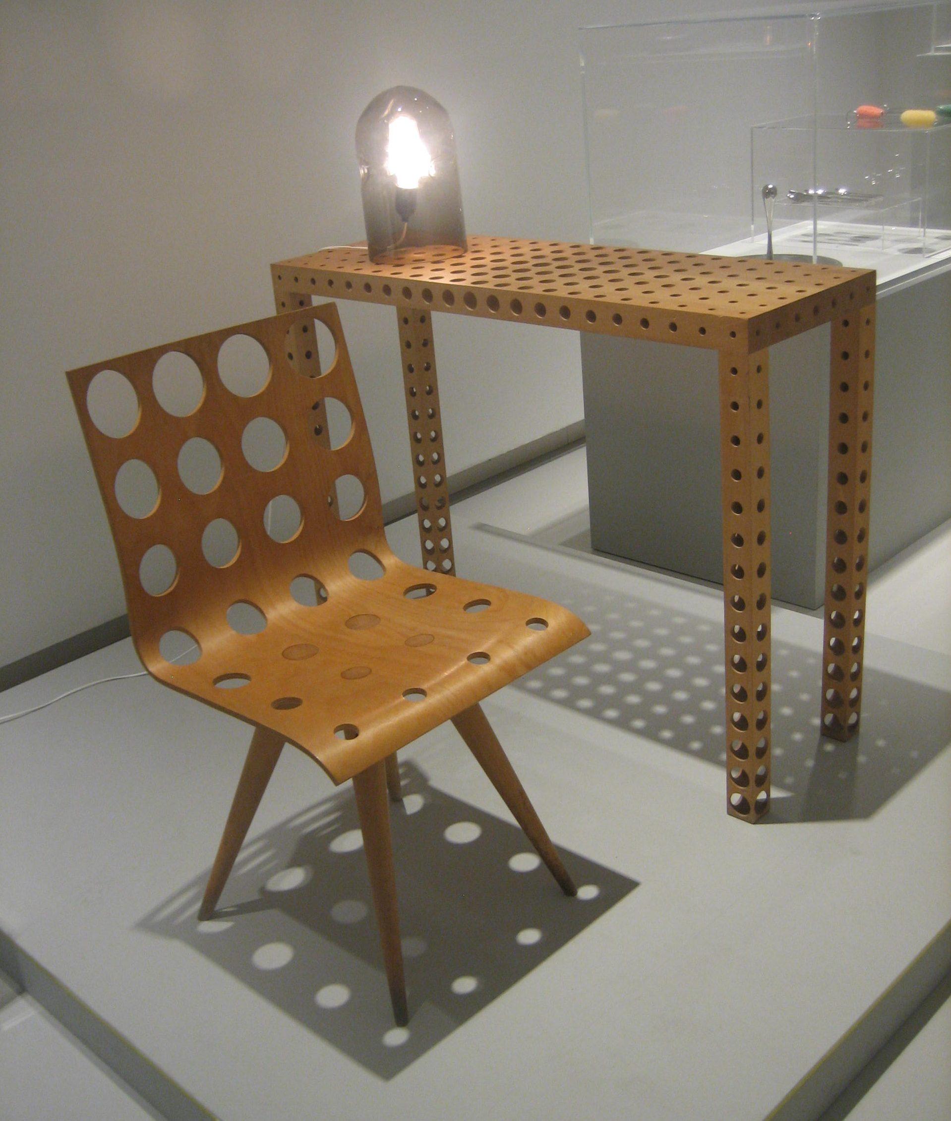 Gijs Bakker, Chair with Holes no. 2, 1991, Fruit Table with Holes, 1993 en Glass Lamp, 1978. Foto Esther Doornbusch, 2 december 2018©