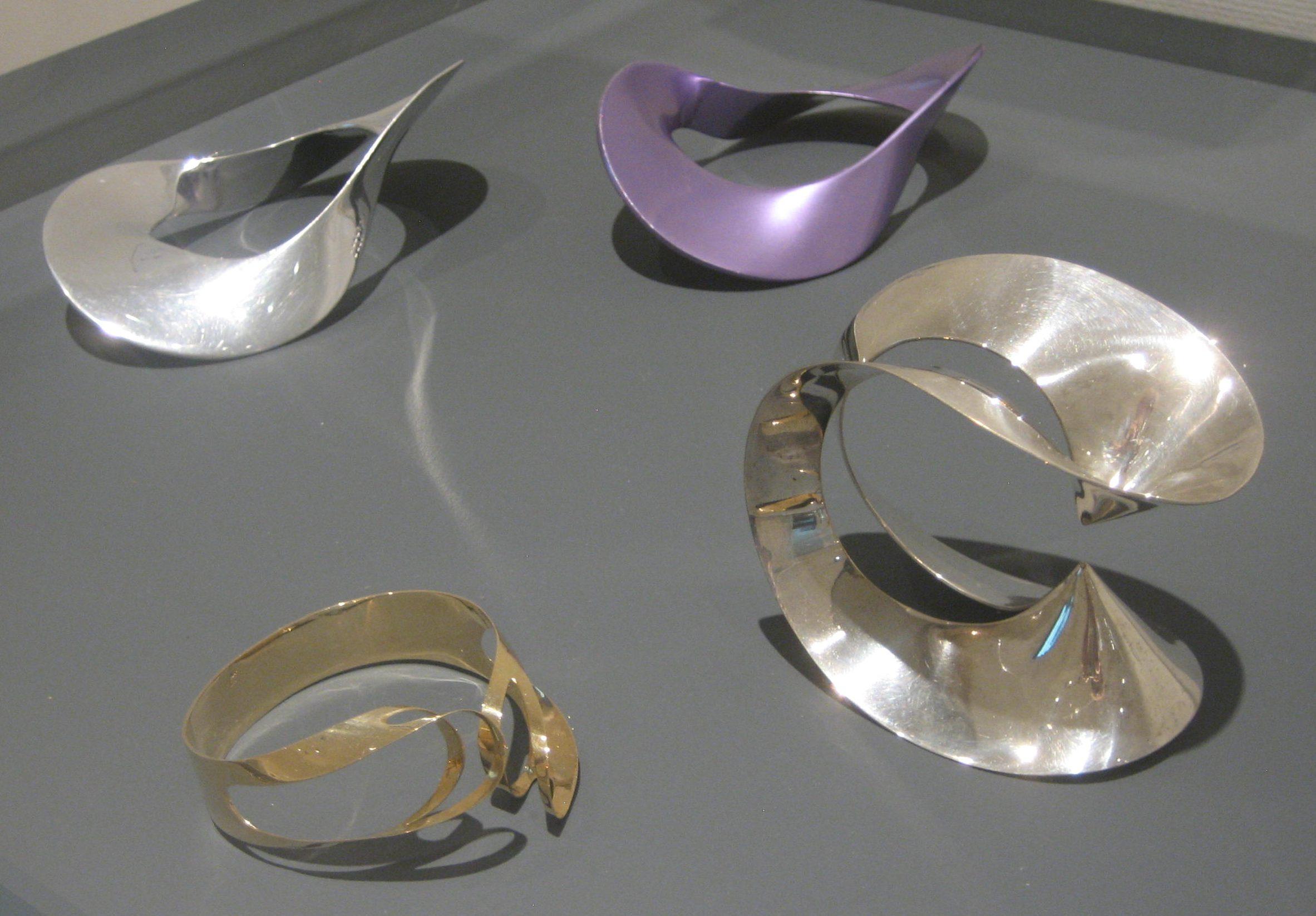 Emmy van Leersum, armbanden. Toen Emmy nu Gijs. Collectie Design Museum Den Bosch, vitrine, tentoonstelling, goud, zilver, geanodiseerd aluminium