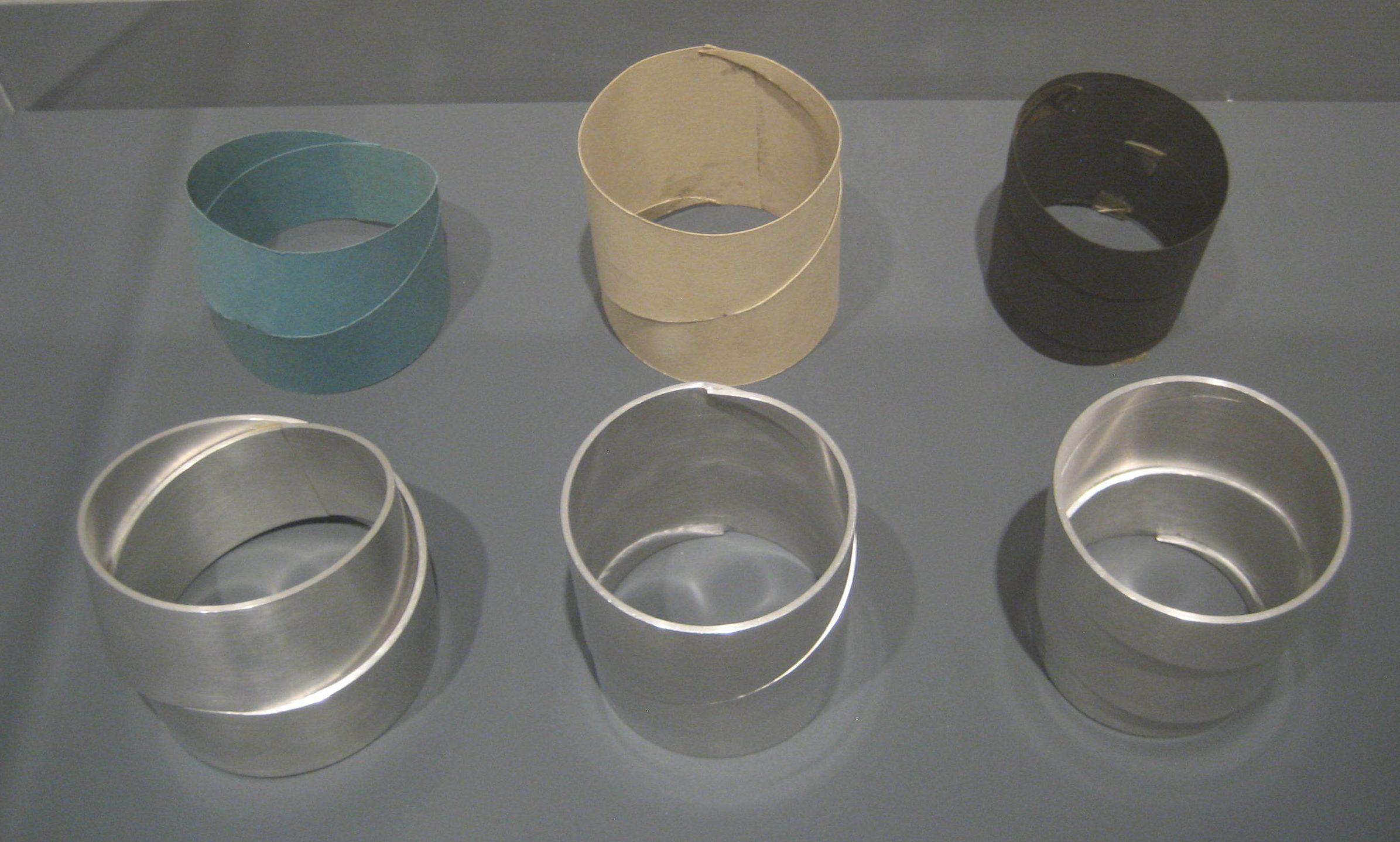 Emmy van Leersum, prototypes en armbanden, 1970-1971. Toen Emmy nu Gijs. Collectie Design Museum Den Bosch, vitrine, tentoonstelling, kunststof, metaal
