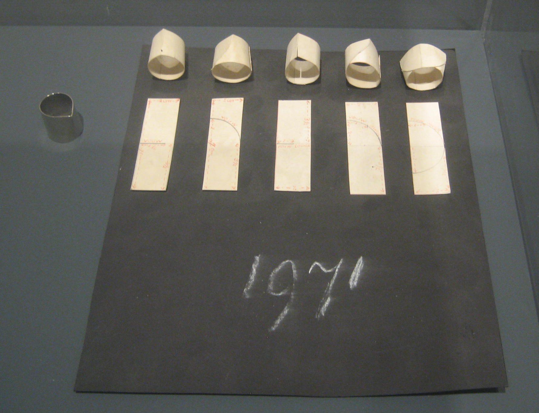Emmy van Leersum, prototypes voor ringen, 1970-1971, Toen Emmy nu Gijs, Design Museum Den Bosch, 2018, papier, vitrine, tentoonstelling