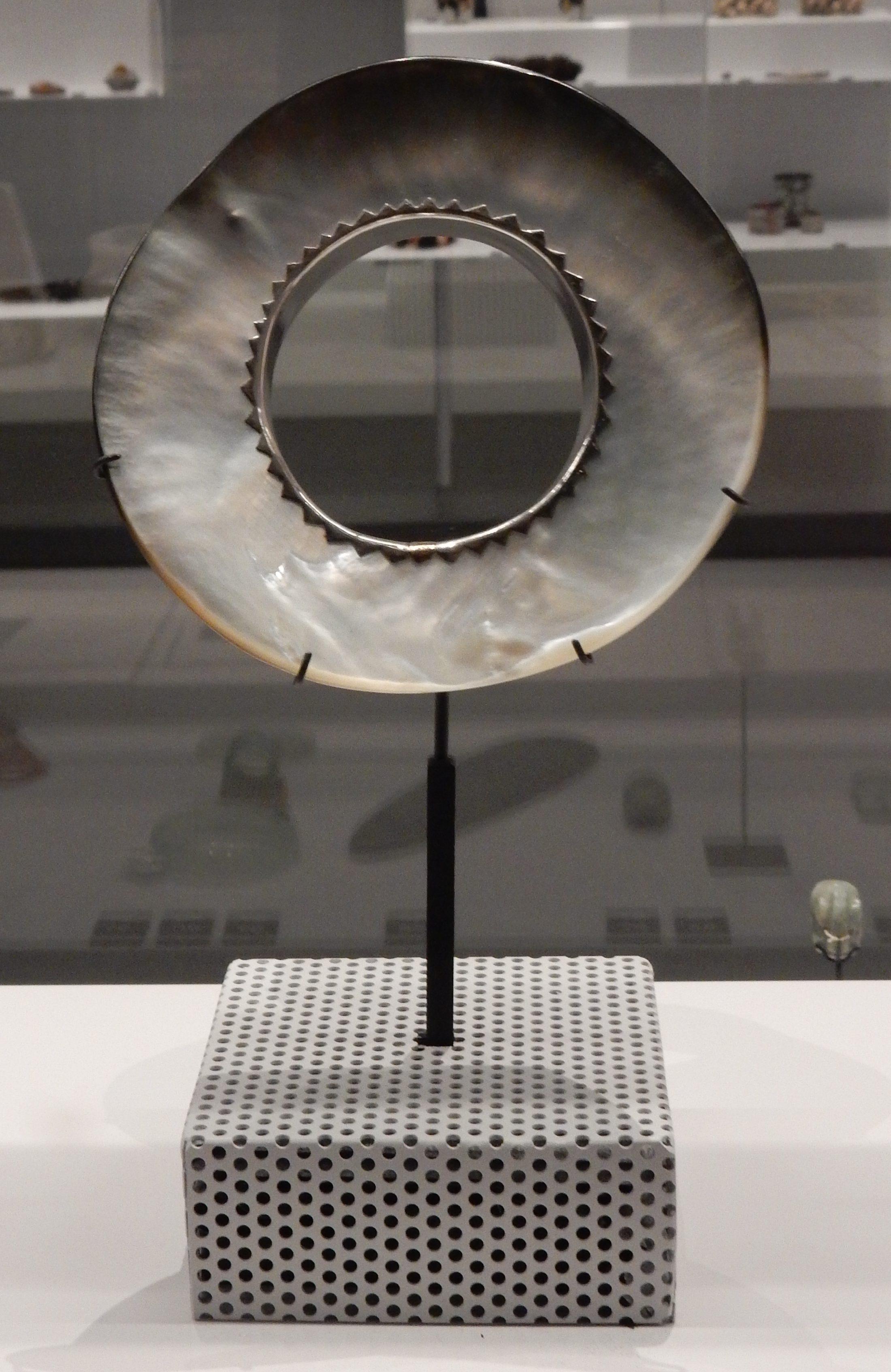 Alan Preston, armband, 1987. Sieraden, makers en dragers, Natuur, Afrika Museum, Berg en Dal. Foto met dank aan Coert Peter Krabbe, 2018, CC BY 4.0