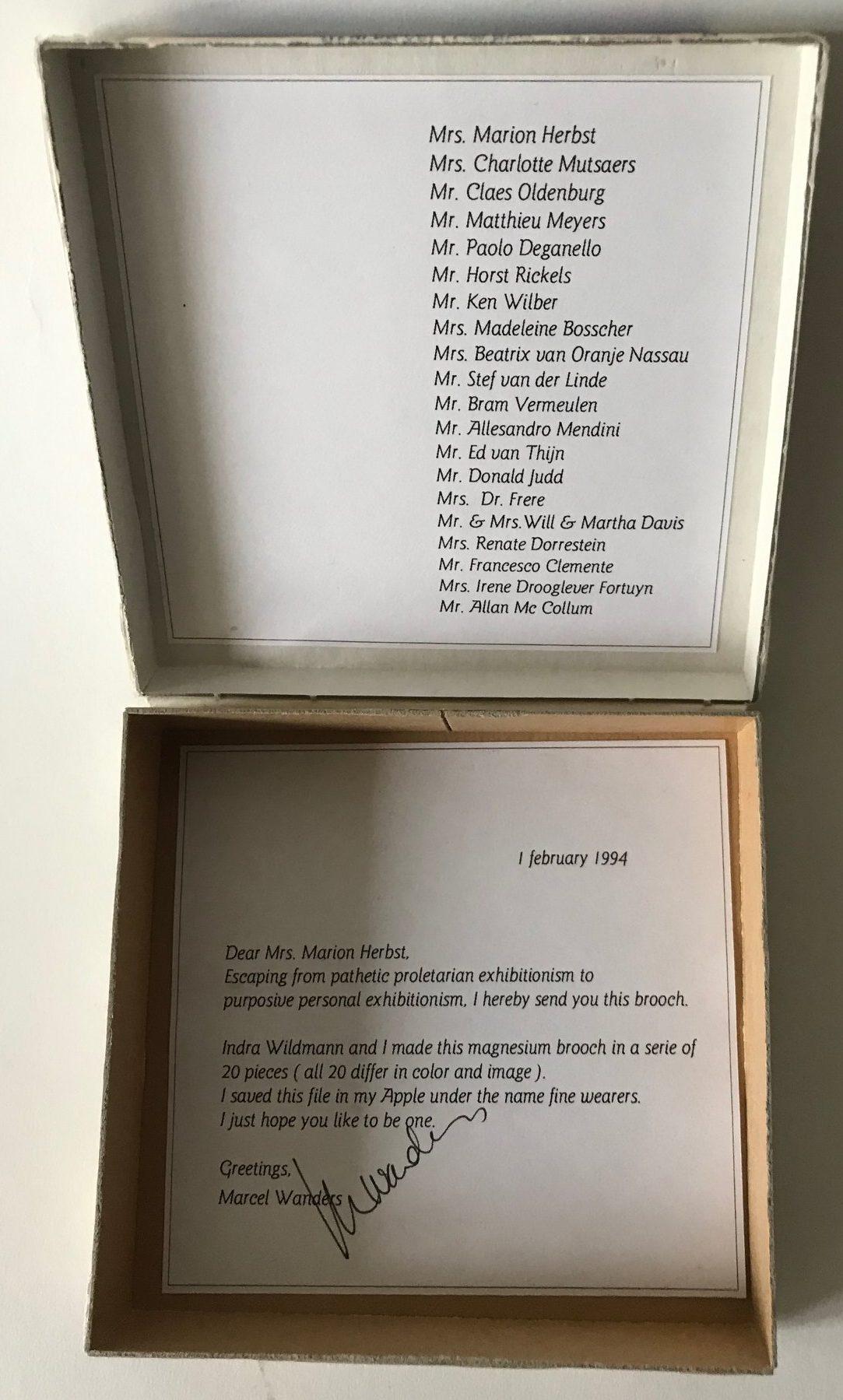 Marcel Wanders, broche in doos voor Marion Herbst, 1994. Foto met dank aan Berend Peter©