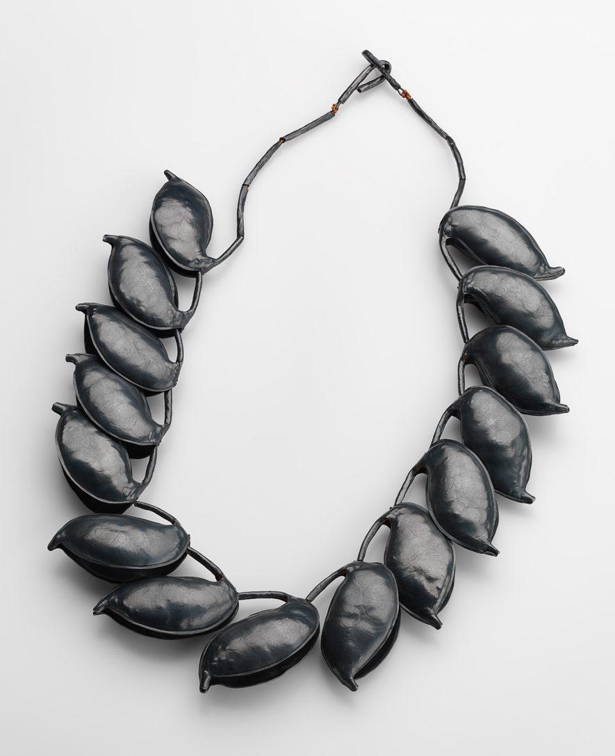Julie Blyfield, Silky Oak, halssieraad, 2015. Particulier bezit Truus & Joost Daalder. Foto Grant Hancock, gezwart zilver, textiel
